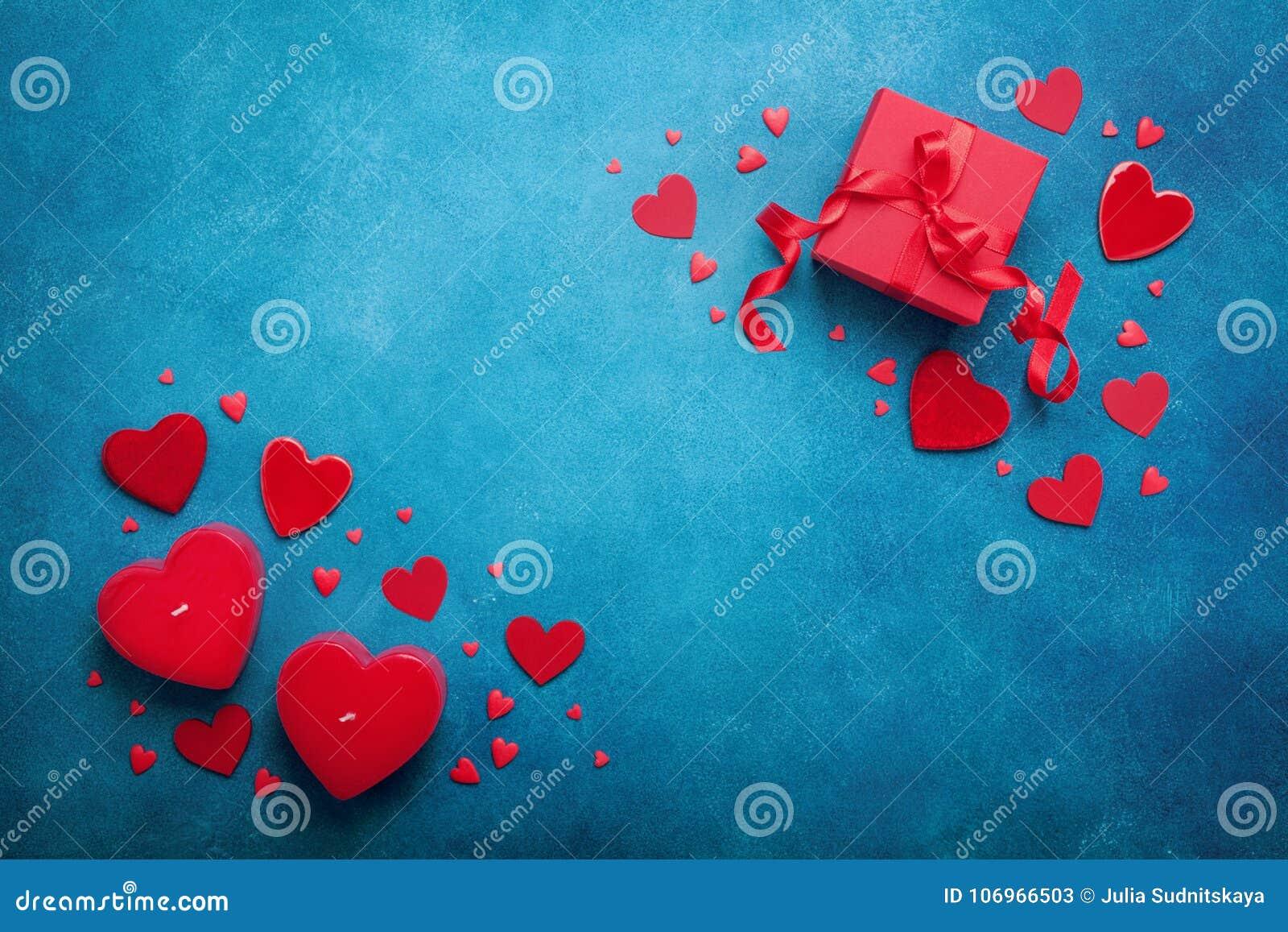 Wakacyjny tło z prezent czerwieni i pudełka sercami na błękitnym stołowym odgórnym widoku dostępny karciany dzień kartoteki valen