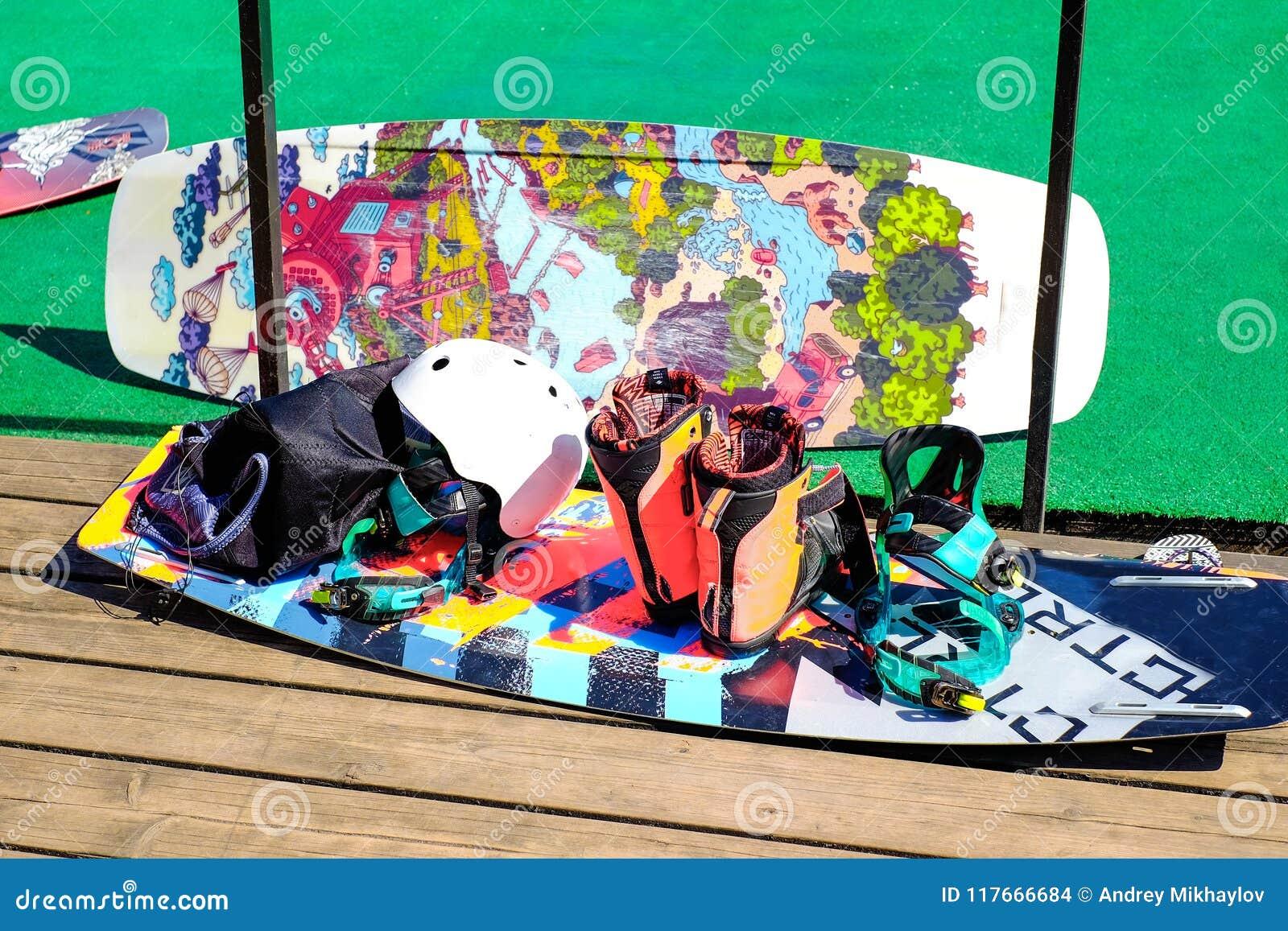 51f000a0b0d Wakeboard Con La Fijación Para Los Zapatos Casco Protector Foto de ...