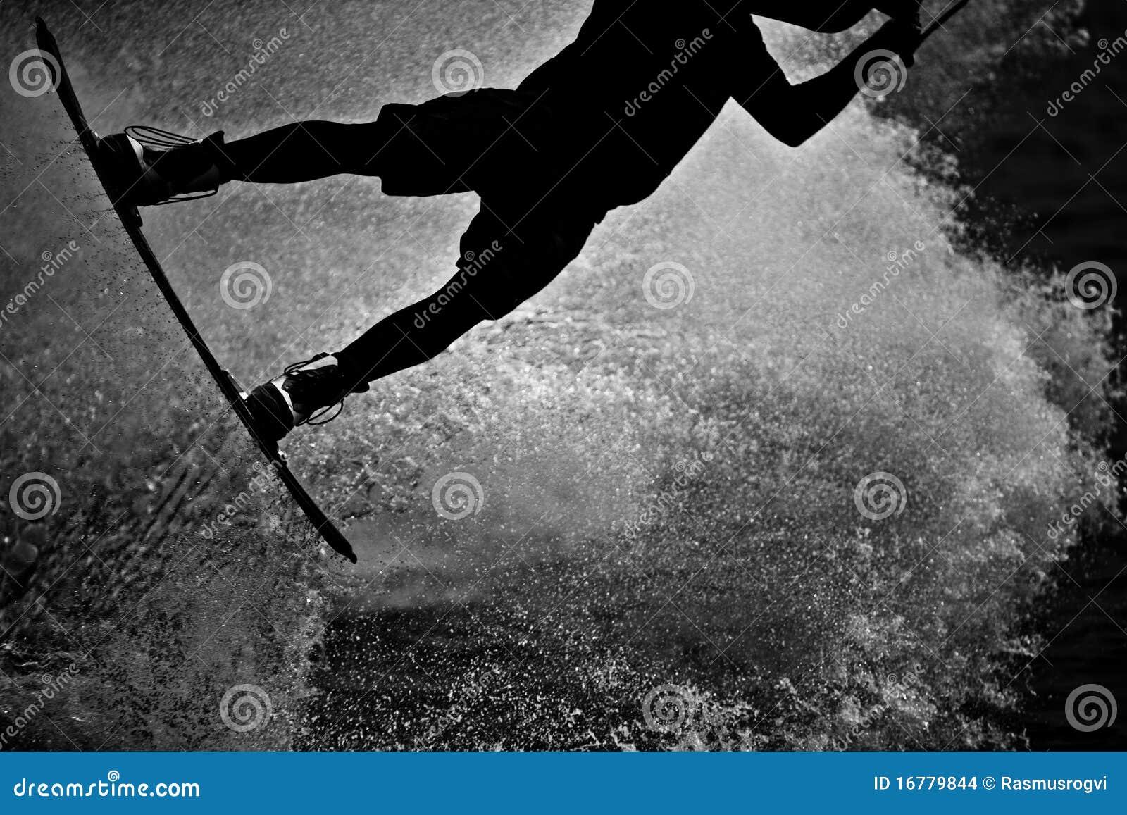 Wakeboarder del cable en silueta