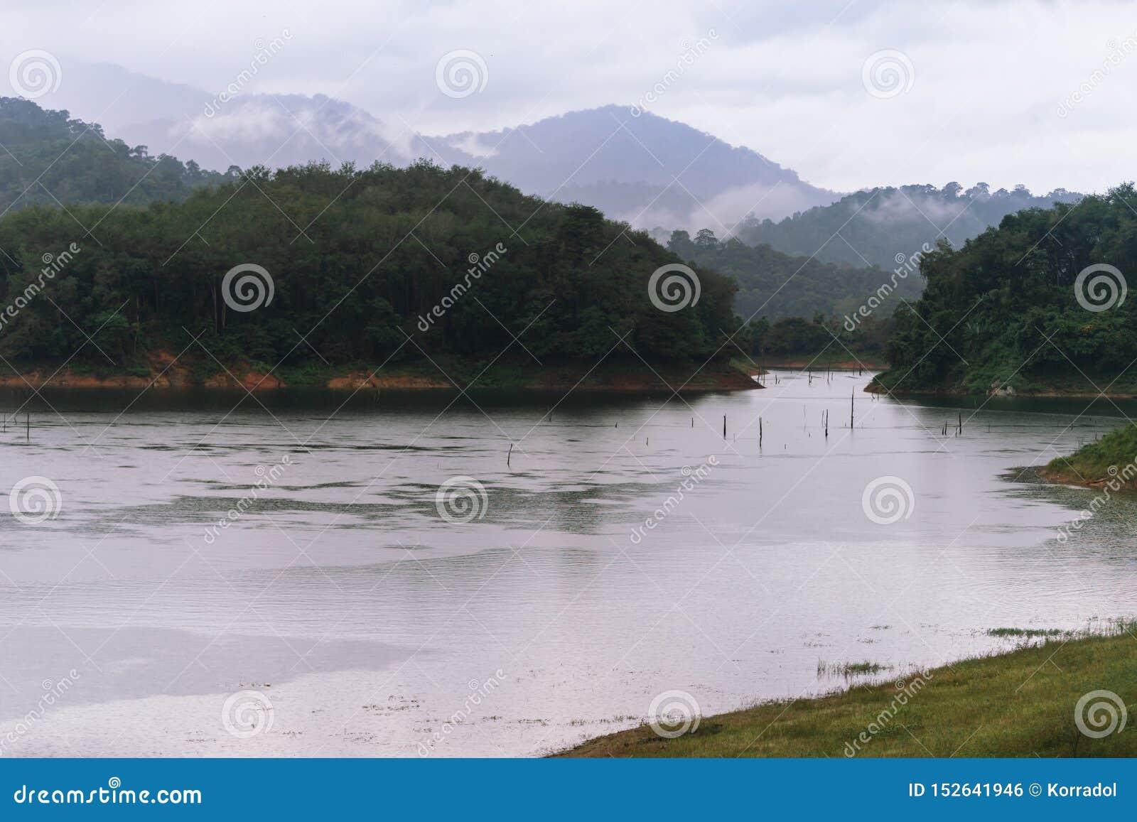 Wald- und Wasserlandschaft bei Hala-Bala Wildlife Sanctuary nahe Knall Lang Reservoir