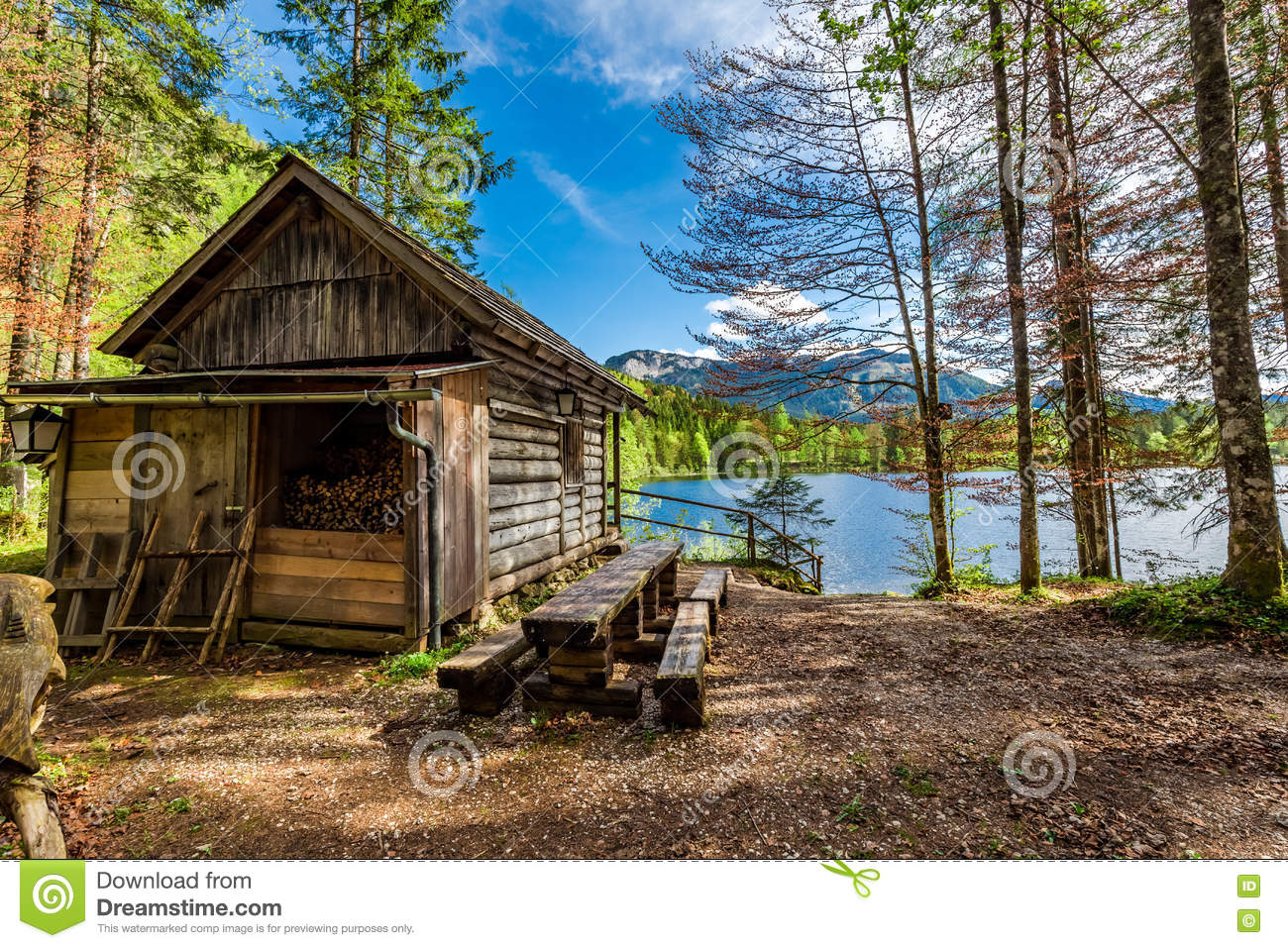 waldh lzerne h tte in den alpen am see stockbild bild von wasser h lzern 76953937. Black Bedroom Furniture Sets. Home Design Ideas