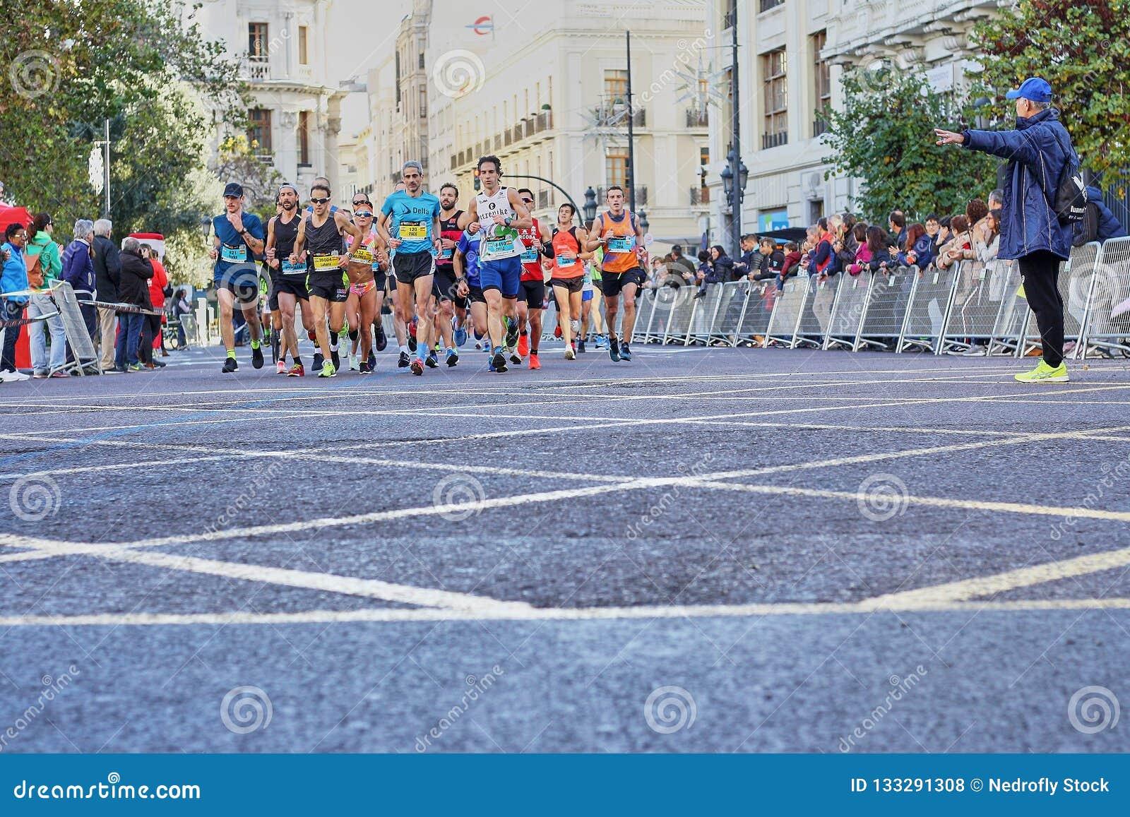WALENCJA HISZPANIA, GRUDZIEŃ, - 02: Biegacze współzawodniczą w XXXVIII Walencja maratonie na Grudniu 18, 2018 w Walencja, Hiszpan