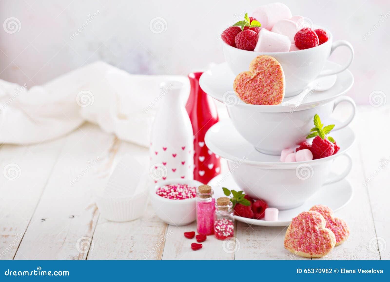 Walentynka dnia cukrowi ciastka w brogować filiżankach