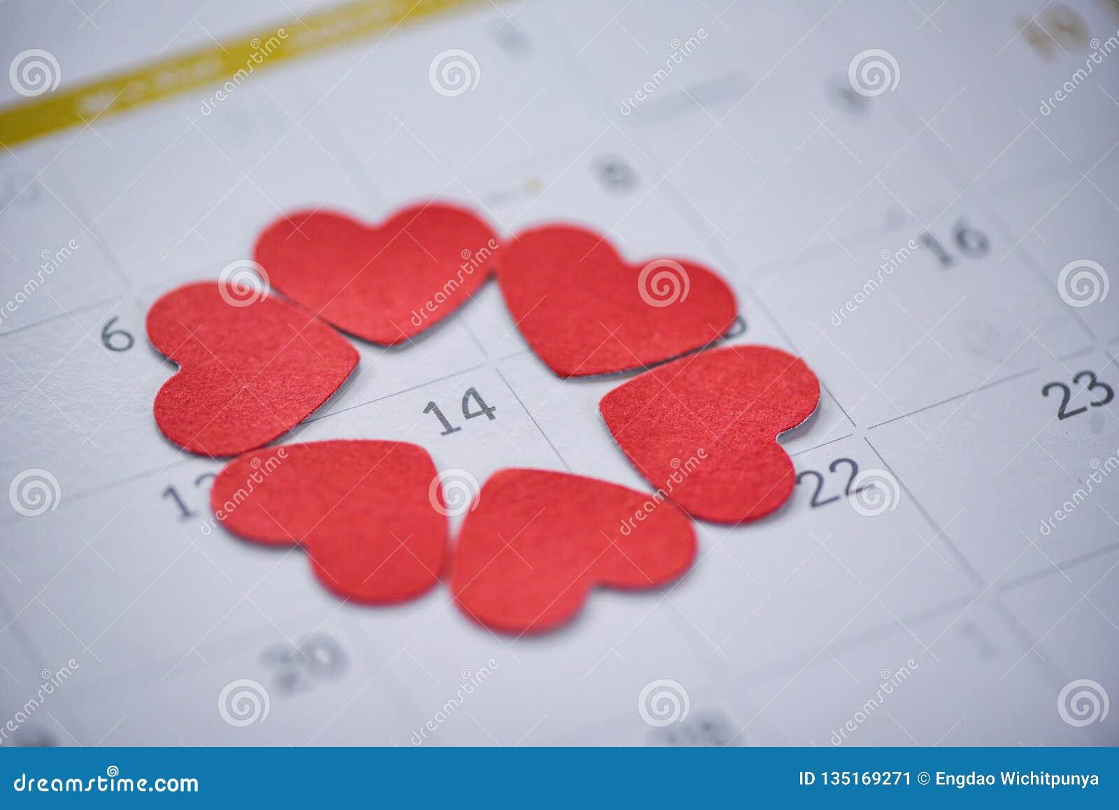 Walentynka dnia kalendarza miłości czasu pojęcia kalendarza strona z czerwonym sercem na Luty 14 Świątobliwy walentynka dzień