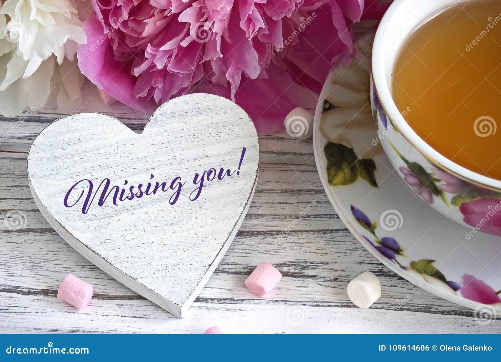 Walentynka dnia kartka z pozdrowieniami z peoni herbacianej filiżanki marshmallow i literowanie brakuje ciebie