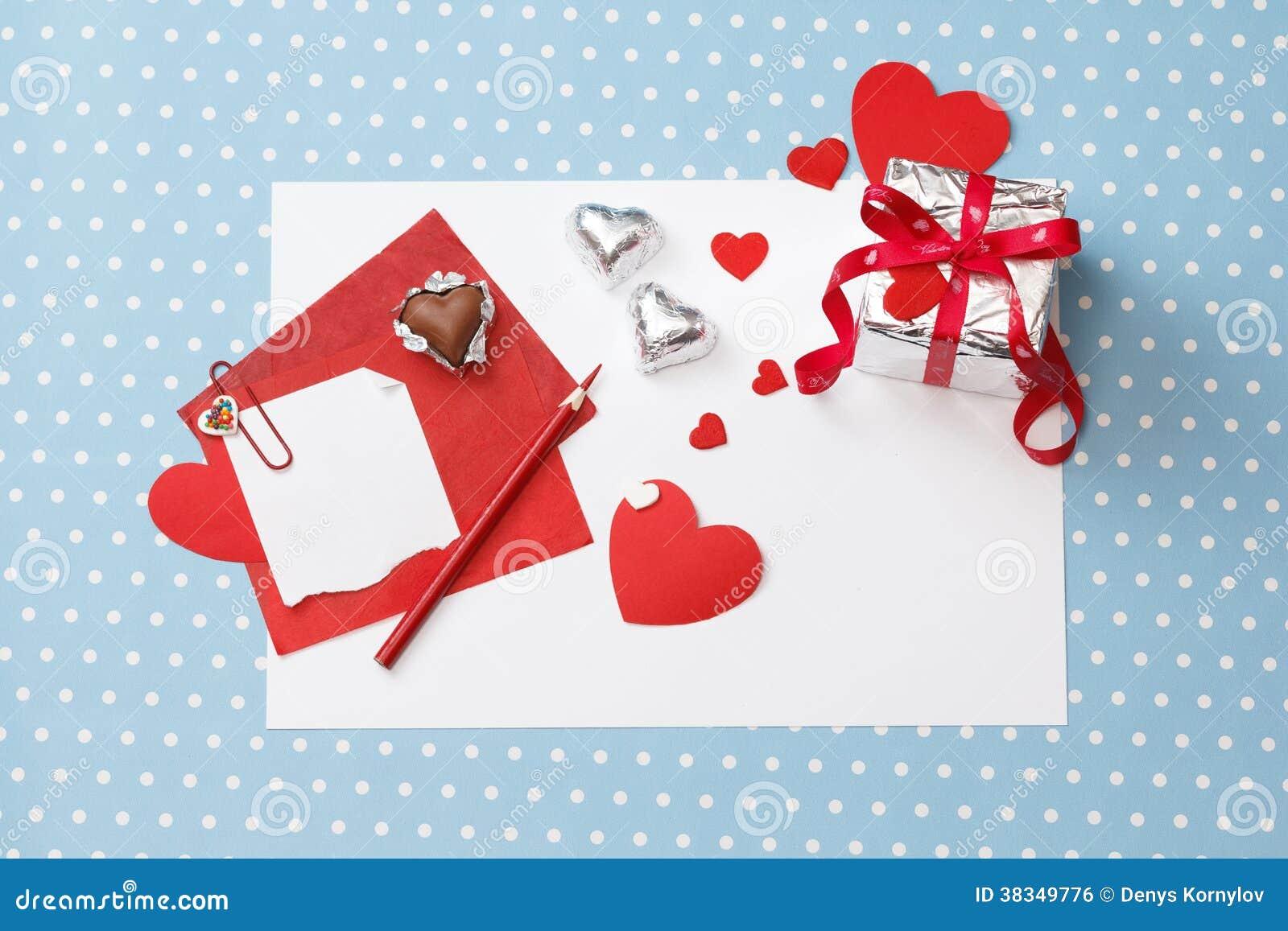 Walentynka dnia miłości wiadomość, niedokończona, z prezenta pudełkiem