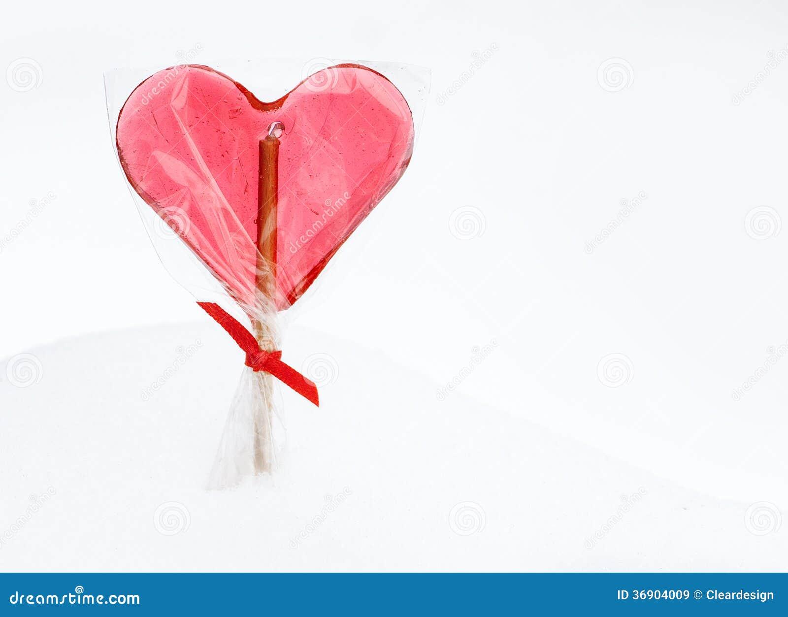 Walentynka dzień - czerwony kierowy lizak na śnieżnym tle