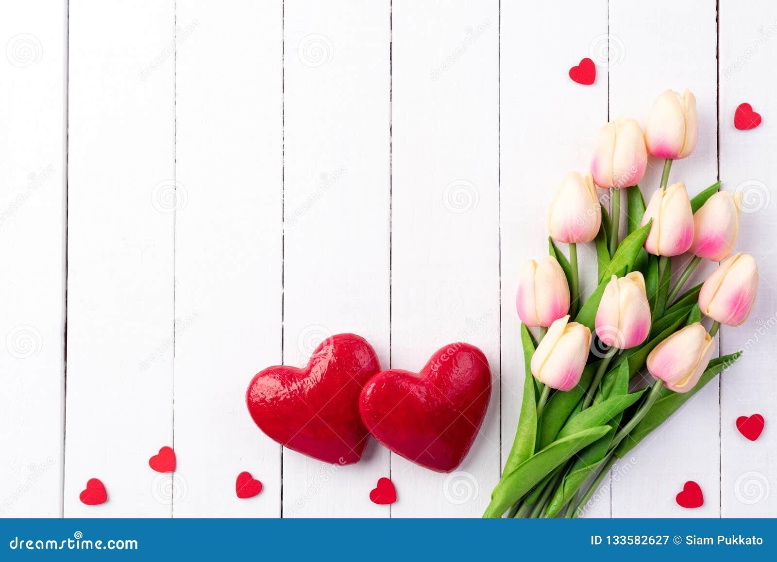 Walentynka dzień i miłości pojęcie Dwa handmade czerwonego serca z tulipanami