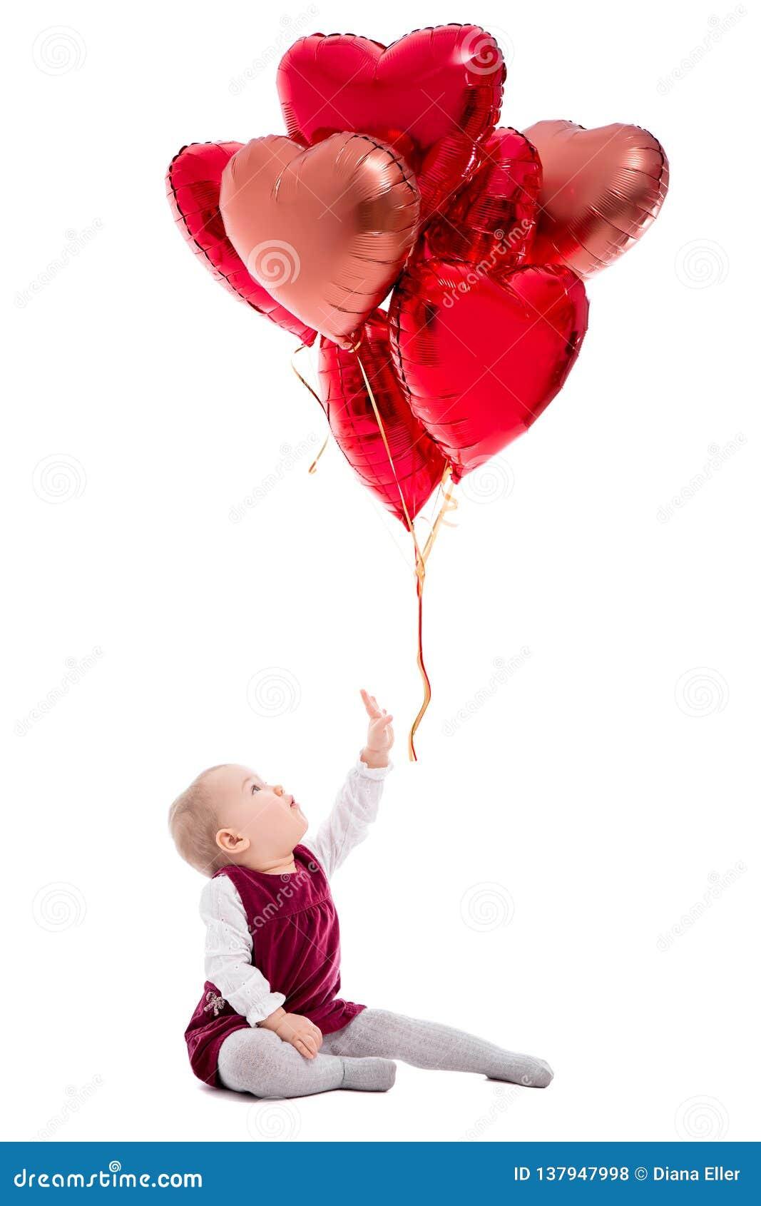Walentynka dzień lub urodziny pojęcie - śliczna dziewczynka i latanie czerwoni balony odizolowywający na bielu