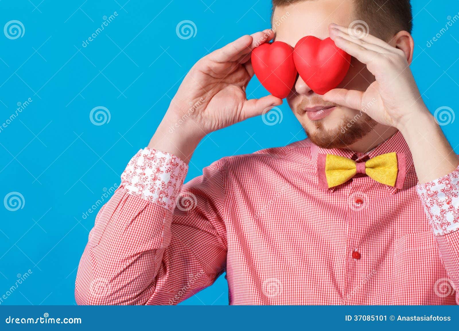 Download Walentynka Dzień. Przystojny Mężczyzna Trzyma Dwa Serca Obraz Stock - Obraz złożonej z szczęście, datowanie: 37085101