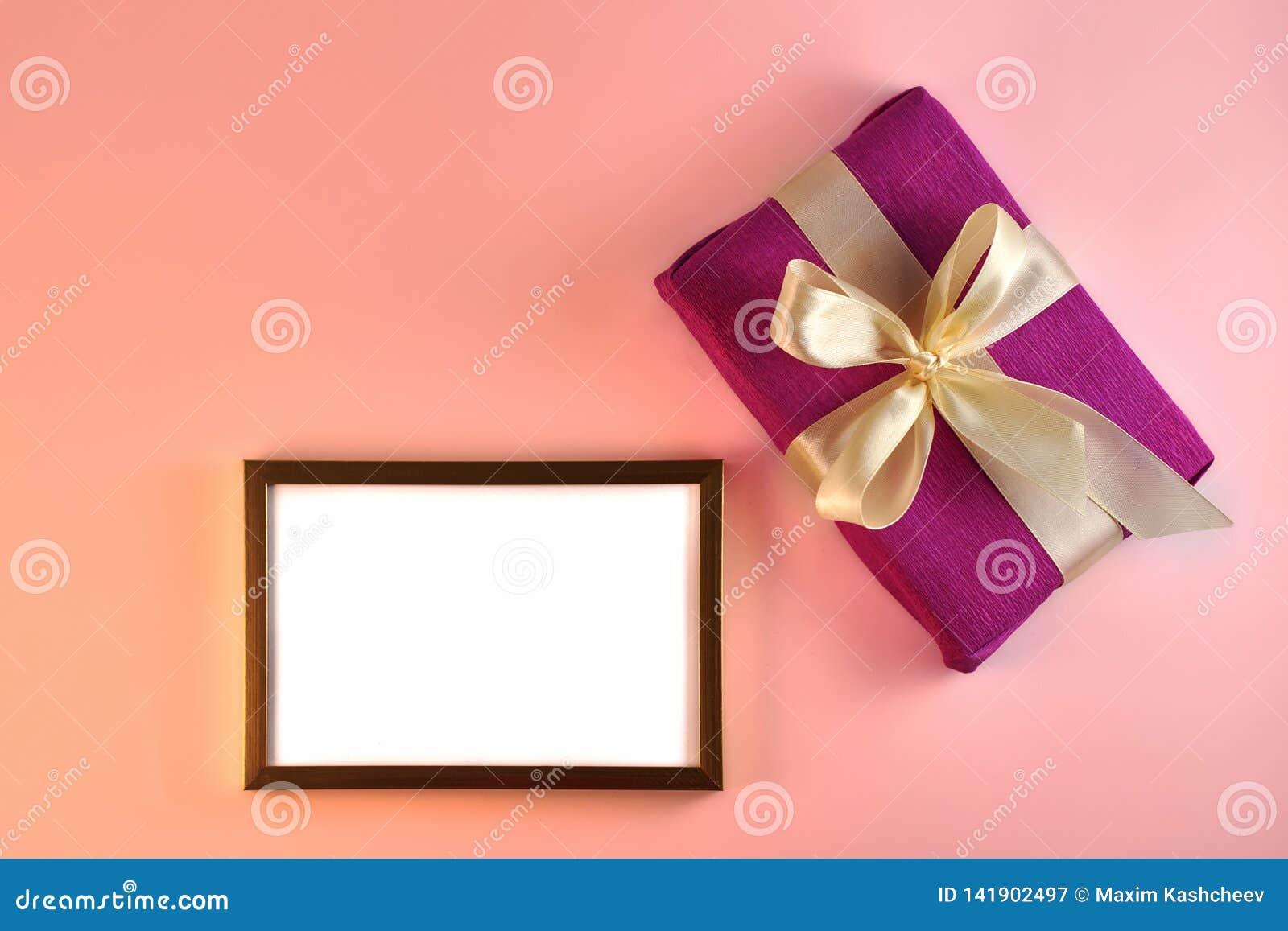Walentynki i urodzinowa karta z prezentem i plakatem na różowym tle