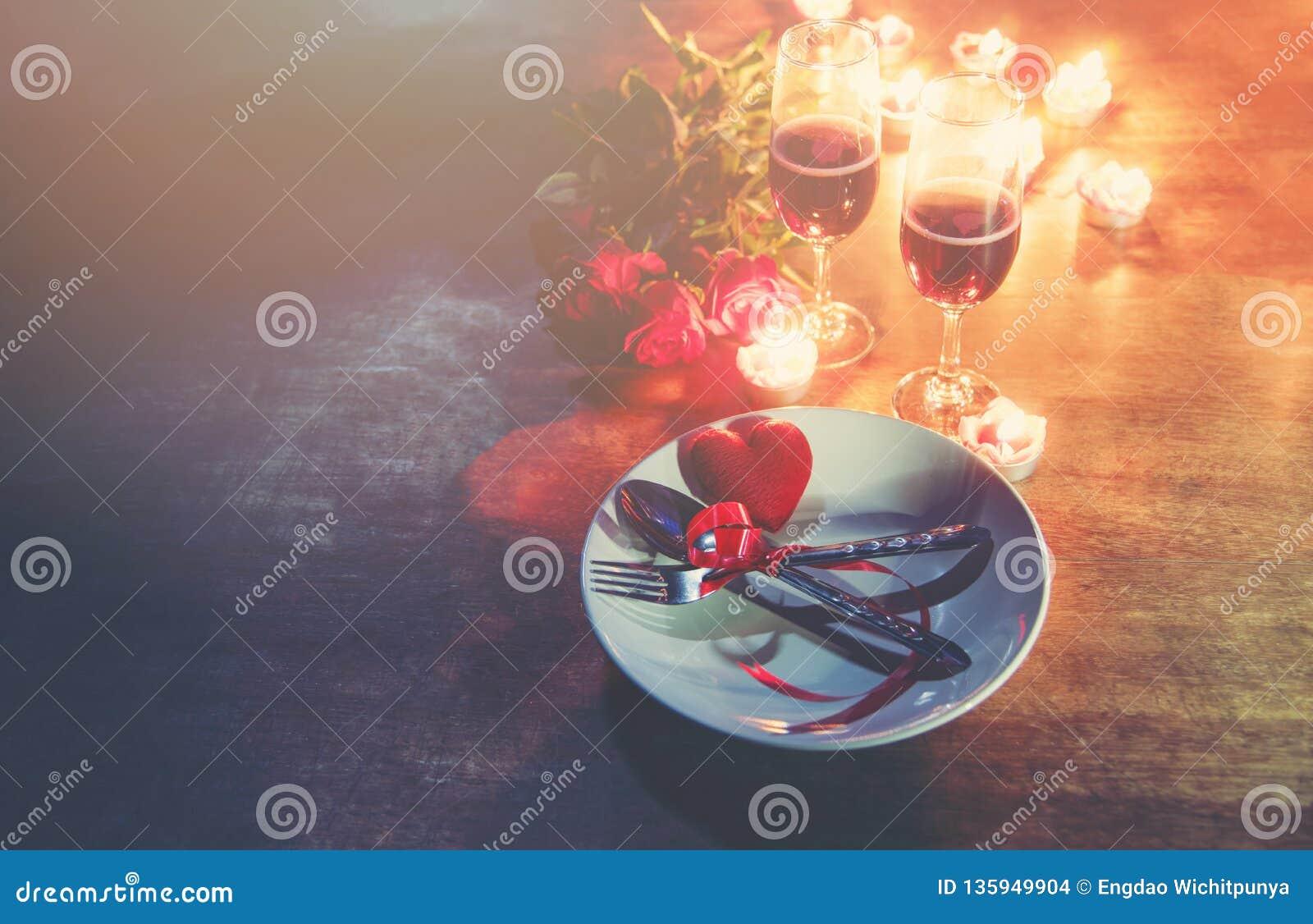 Walentynki miłości obiadowego romantycznego pojęcia Romantyczny stołowy położenie dekorujący z Czerwoną kierową rozwidlenie łyżką