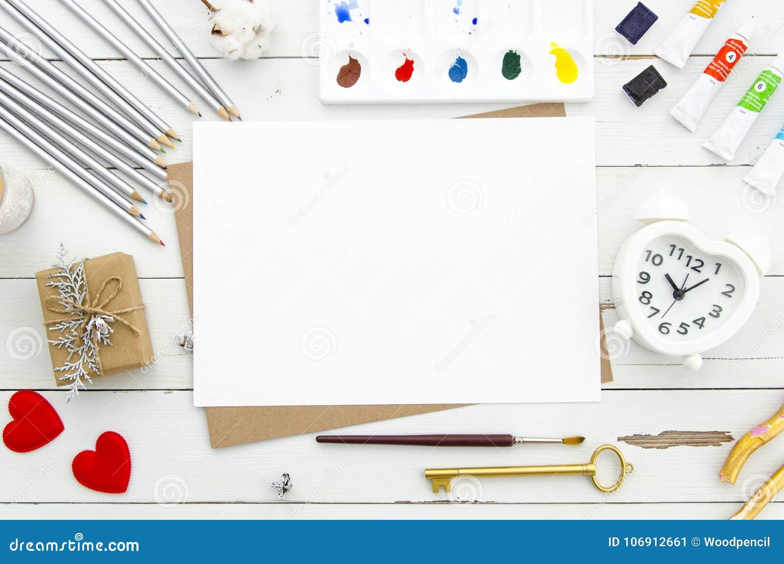 Walentynki ` s dnia pojęcie Pustego papieru prześcieradło z serce kształtnym budzikiem, czerwoni serca, różni ołówki i farby
