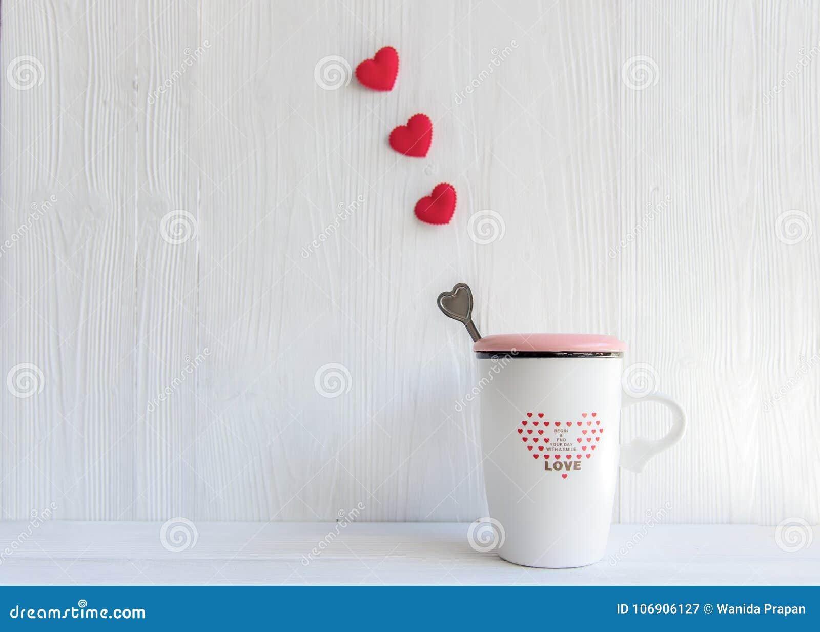 Walentynki ` s dzień z białej filiżanki kawowym czerwonym kierowym rzędem na filiżance,