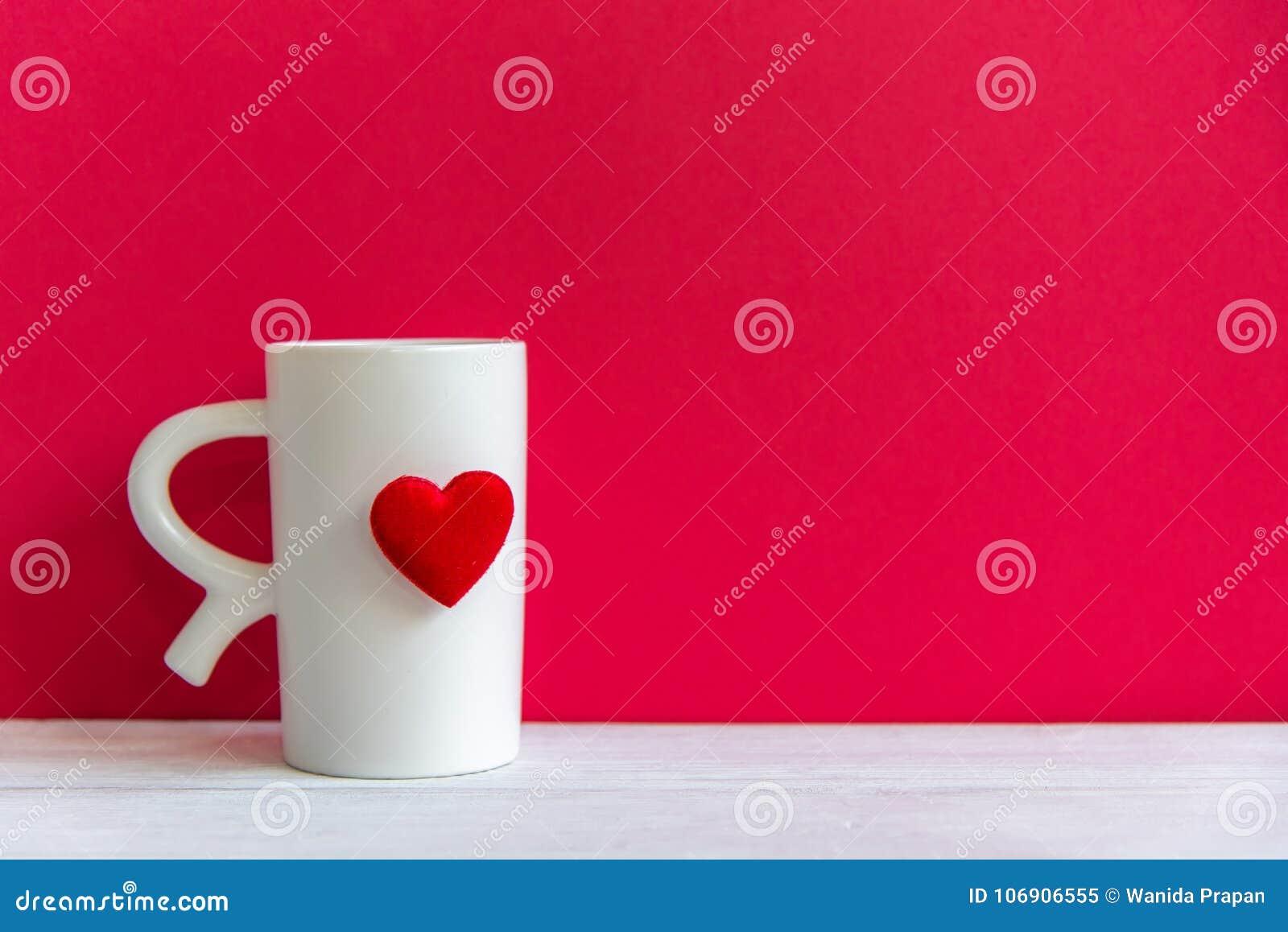 Walentynki ` s dzień z białej filiżanki kawowym czerwonym sercem na filiżance,