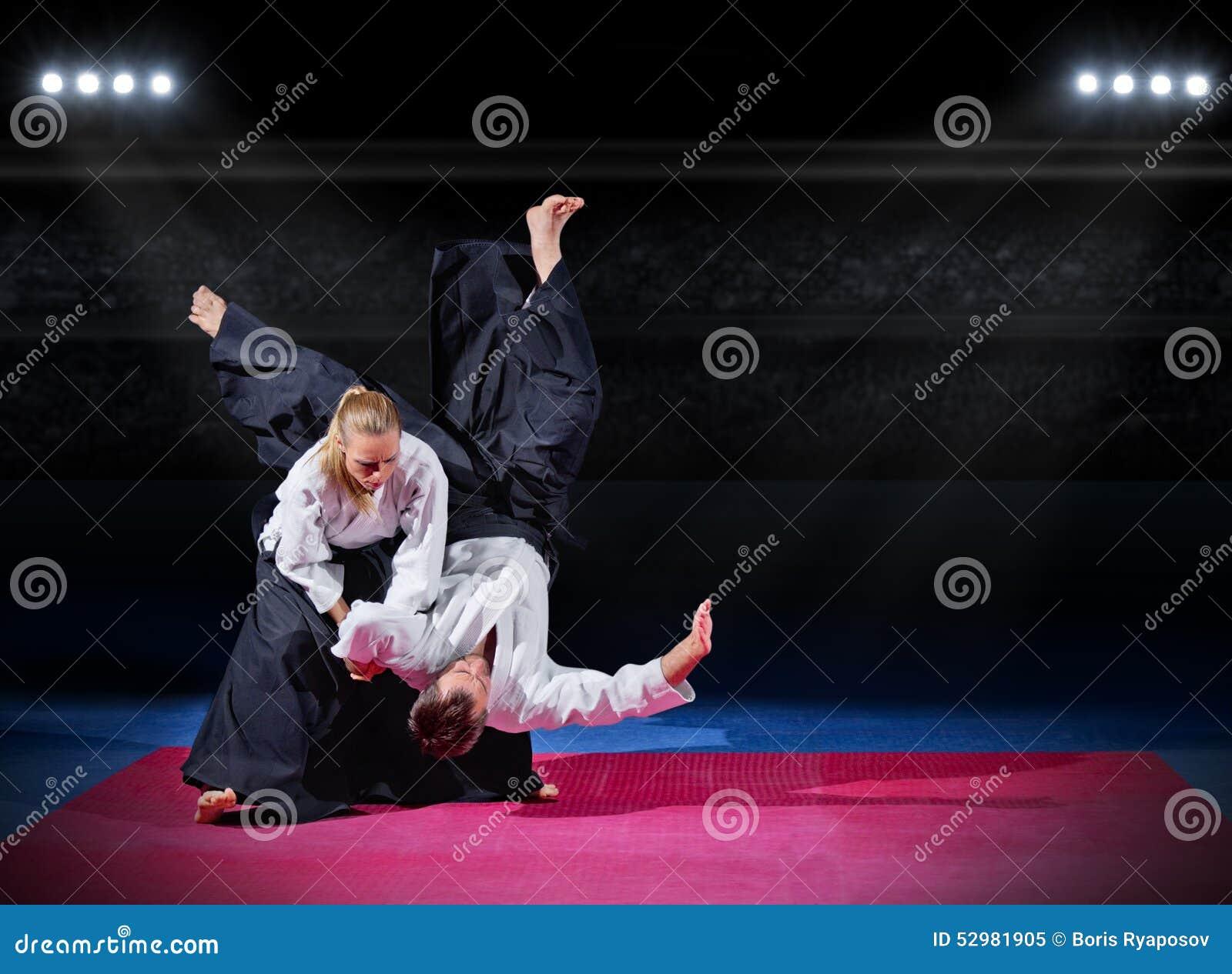 Walka między dwa aikido wojownikami