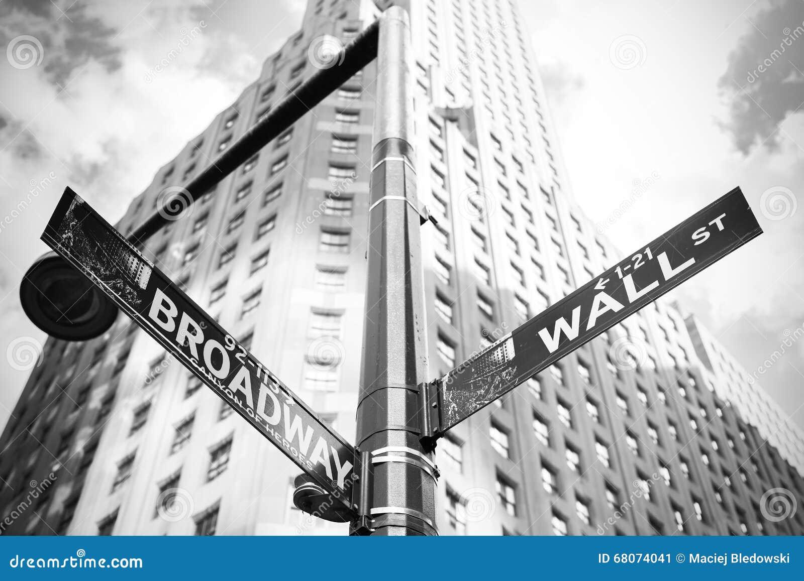 Wall Street e Broadway assinam dentro Manhattan, New York, EUA