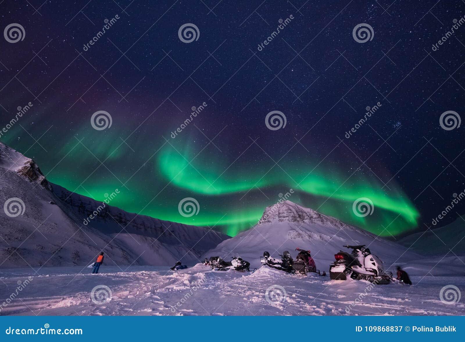 Wallpaper la nature de paysage de la Norvège des montagnes de la nuit polaire du Svalbard de grande lune du Spitzberg Longyearbye