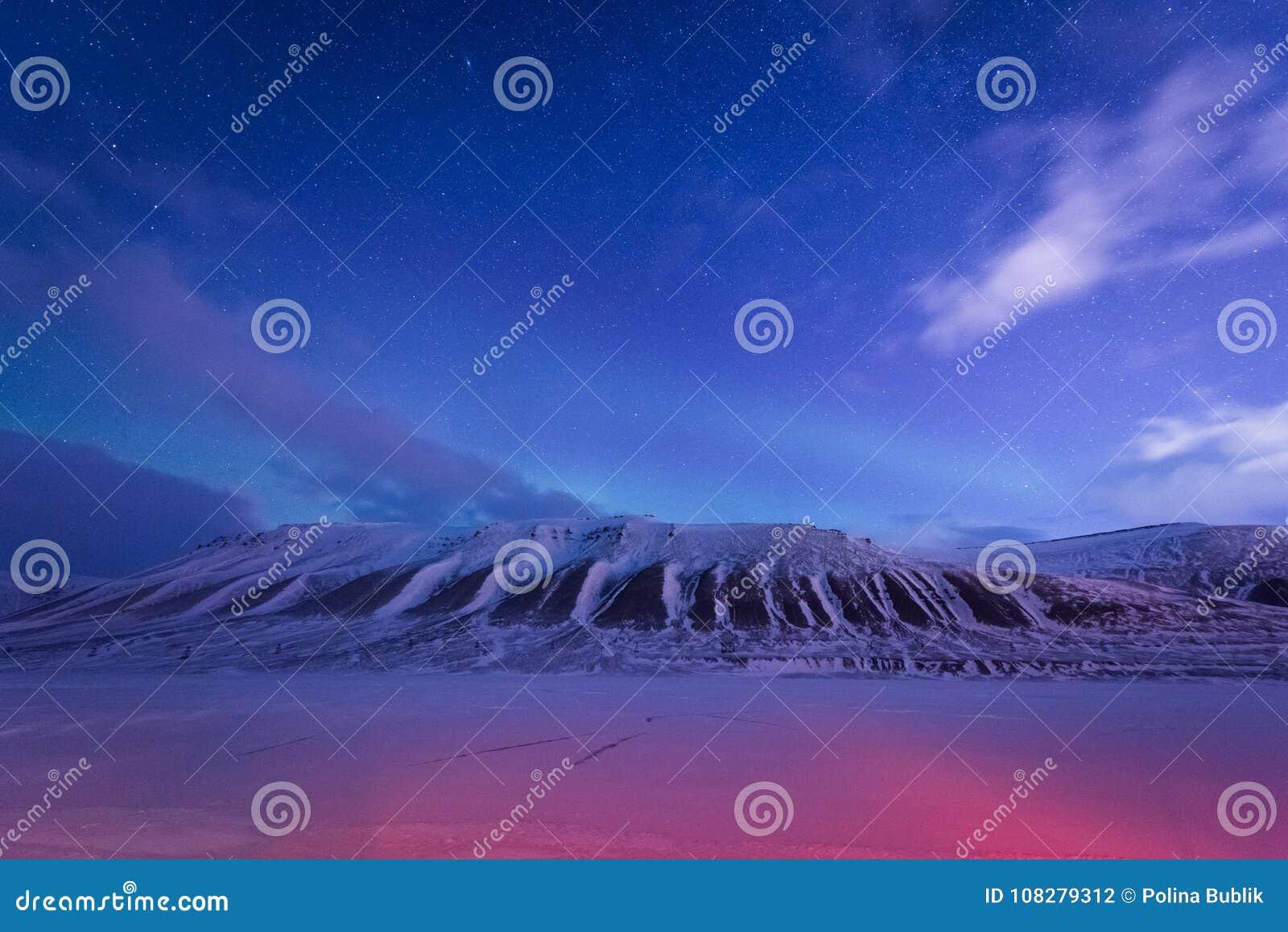 Wallpaper la nature de paysage de la Norvège des montagnes de la ville de neige de bâtiment du Spitzberg Longyearbyen le Svalbard