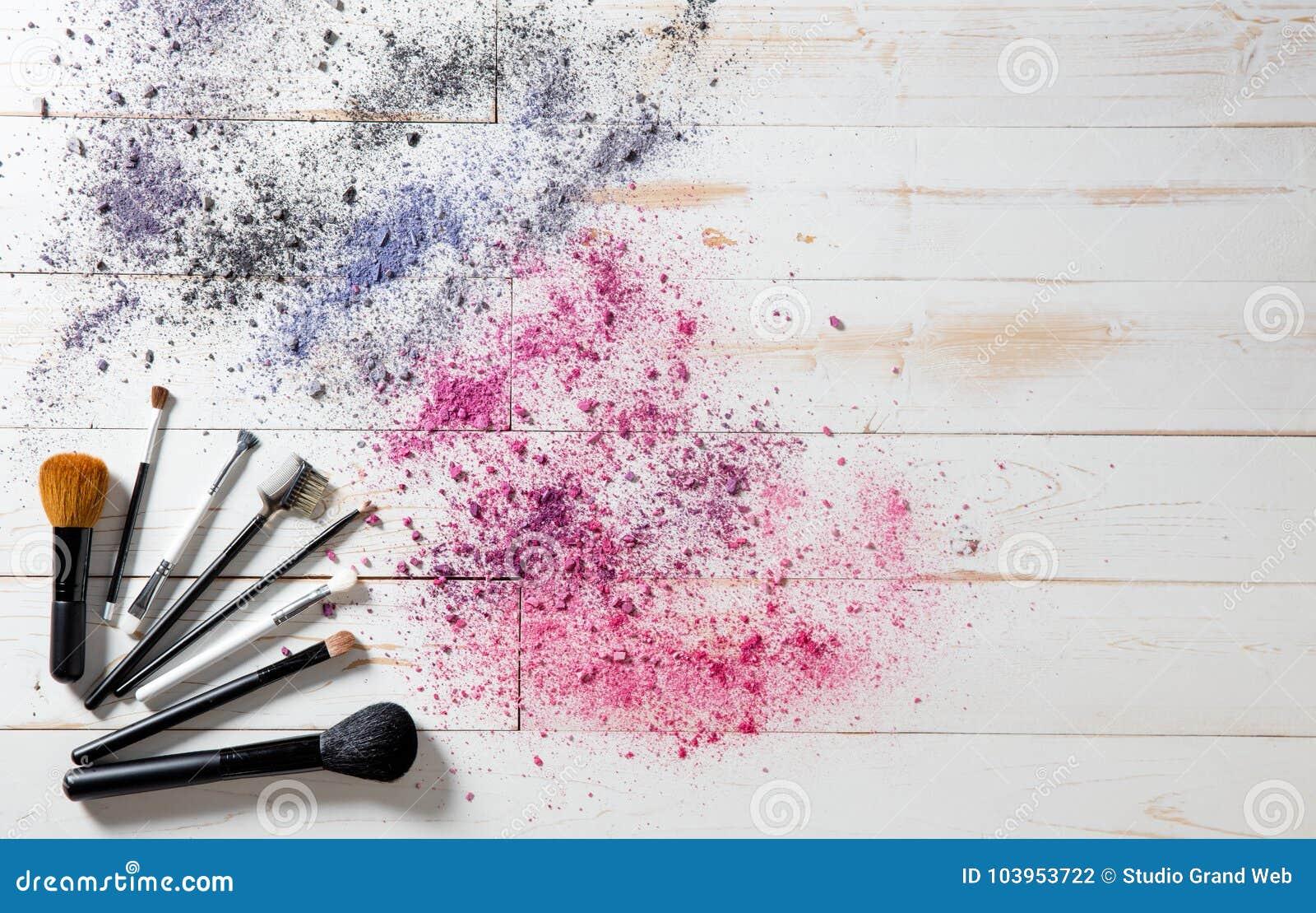 Wallpaper para el maquillaje profesional y forme los cepillos y los pigmentos coloridos