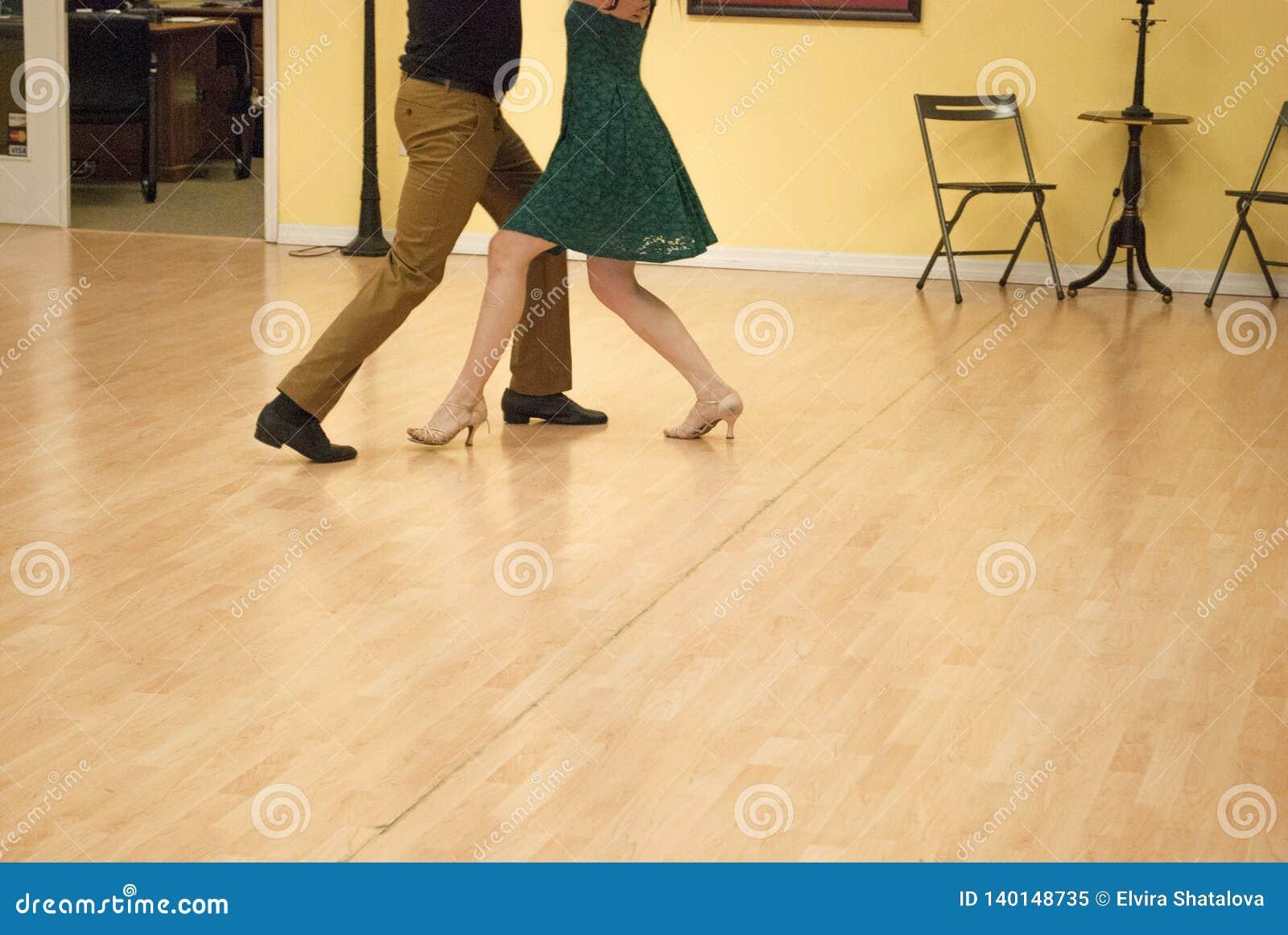 Wals door jong paar in de dansstudio