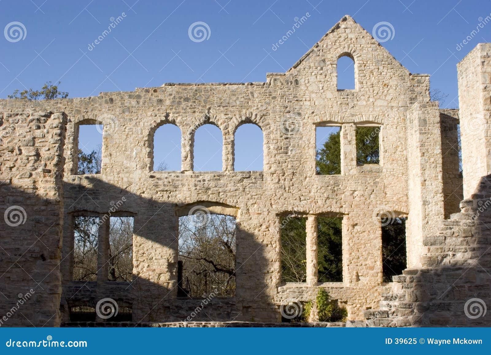 Wand mit vielen Fenstern.