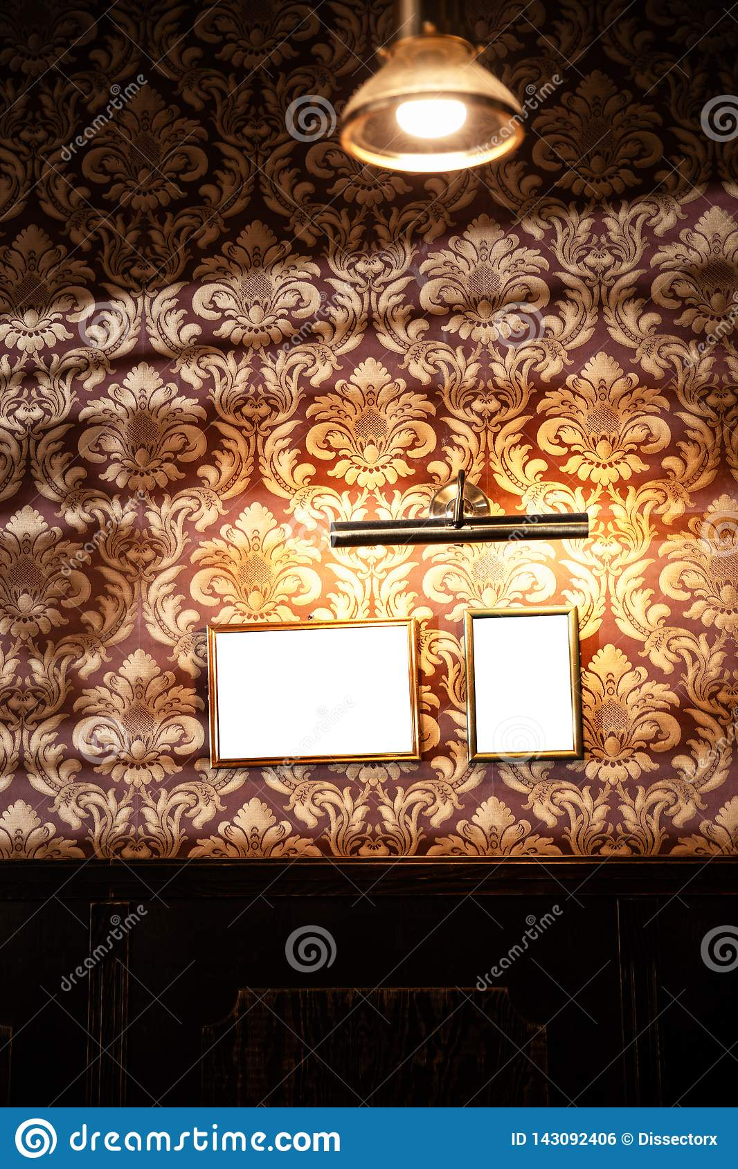 Wand von leeren Rahmen und von whiteboards im Kneipeninnenraum - Spott oben, Anschlagtafel, Anzeigenraum zuhause
