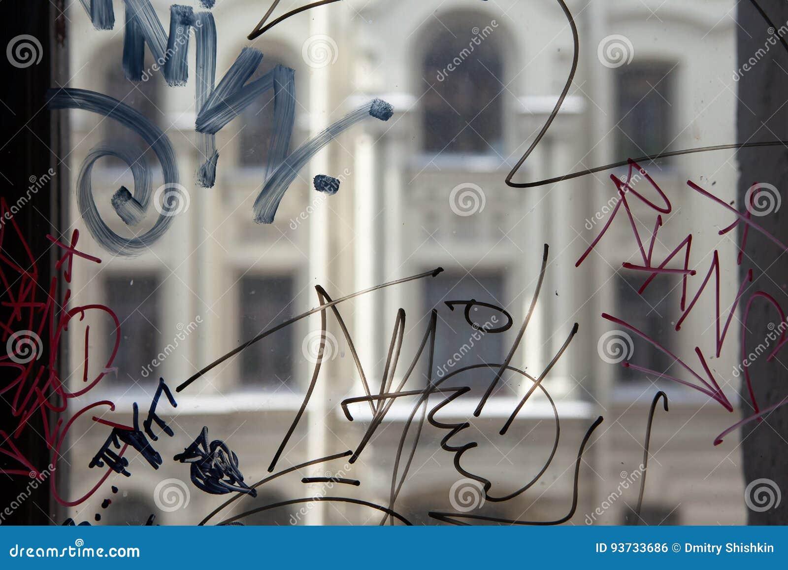 Wandali graffiti na okno dom