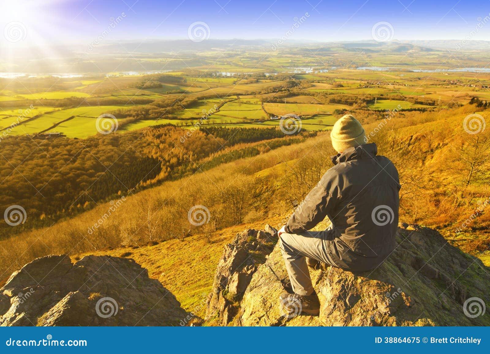 Wandelaar die van rust en landschap genieten
