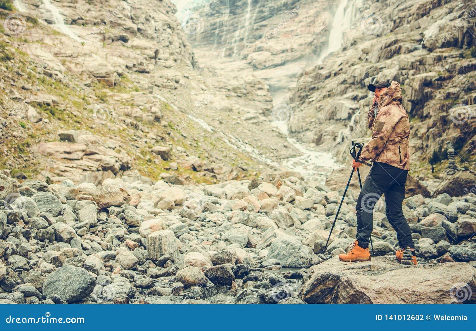 Wandelaar die van Ruw Landschap genieten