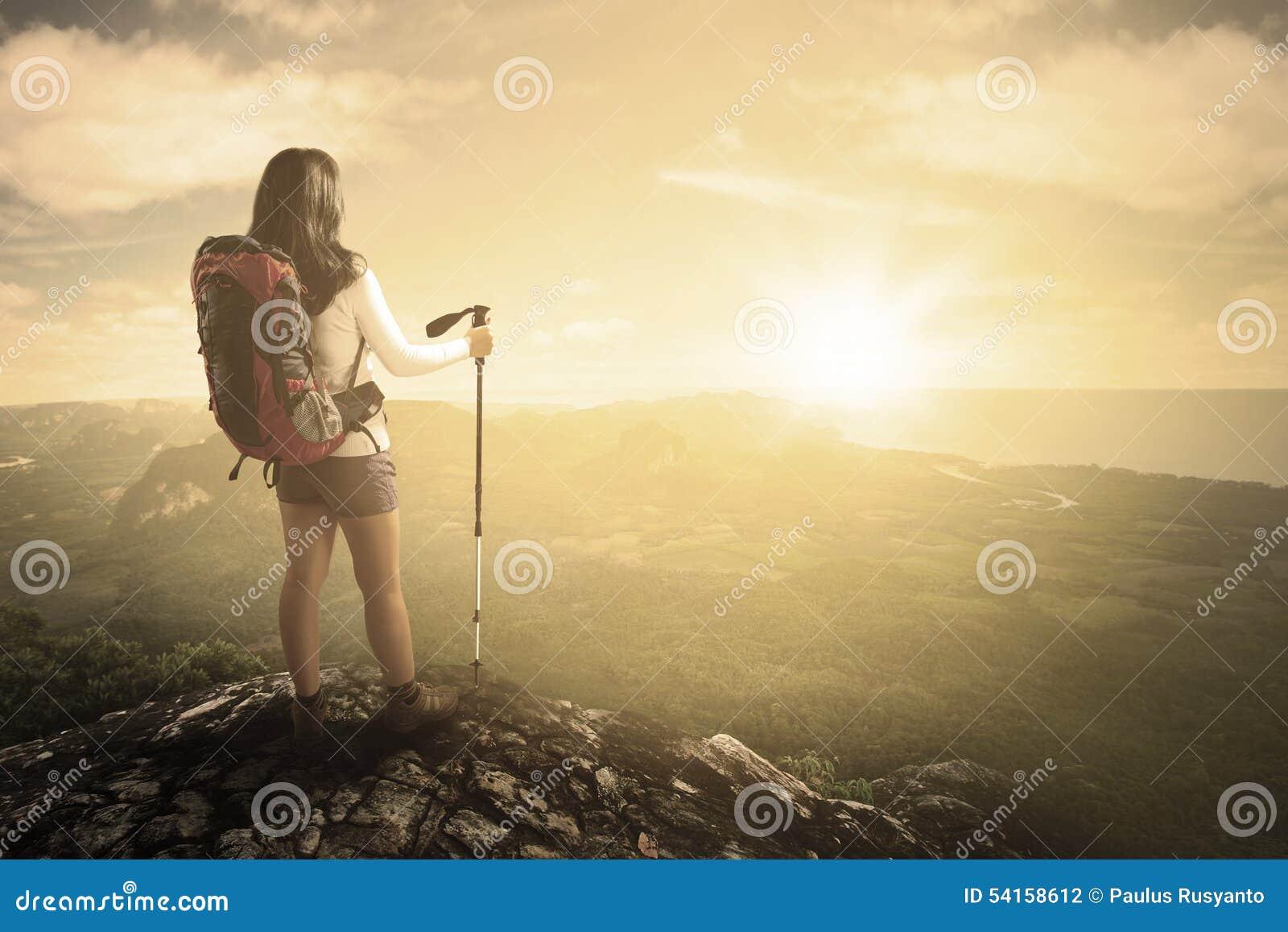 Wandelaar met stok op berg