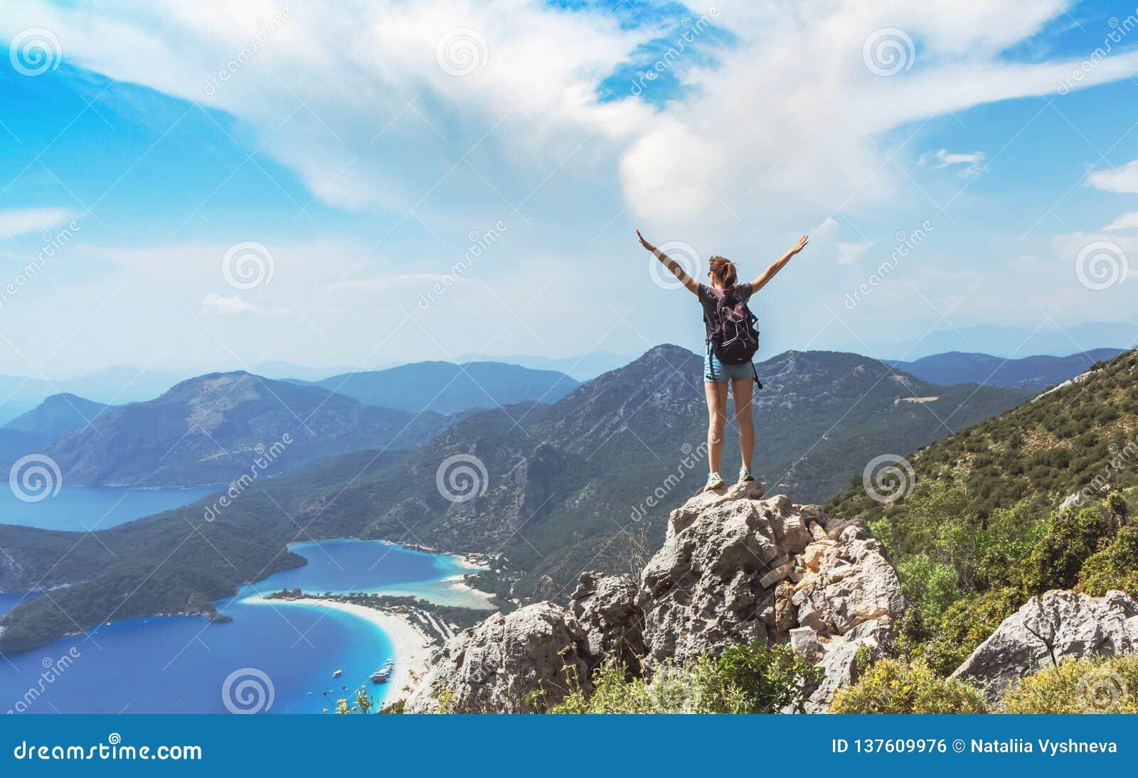Wandelaarmeisje op de bergbovenkant, Ñ  oncept van vrijheid, overwinning, actieve levensstijl, Oludeniz, Turkije