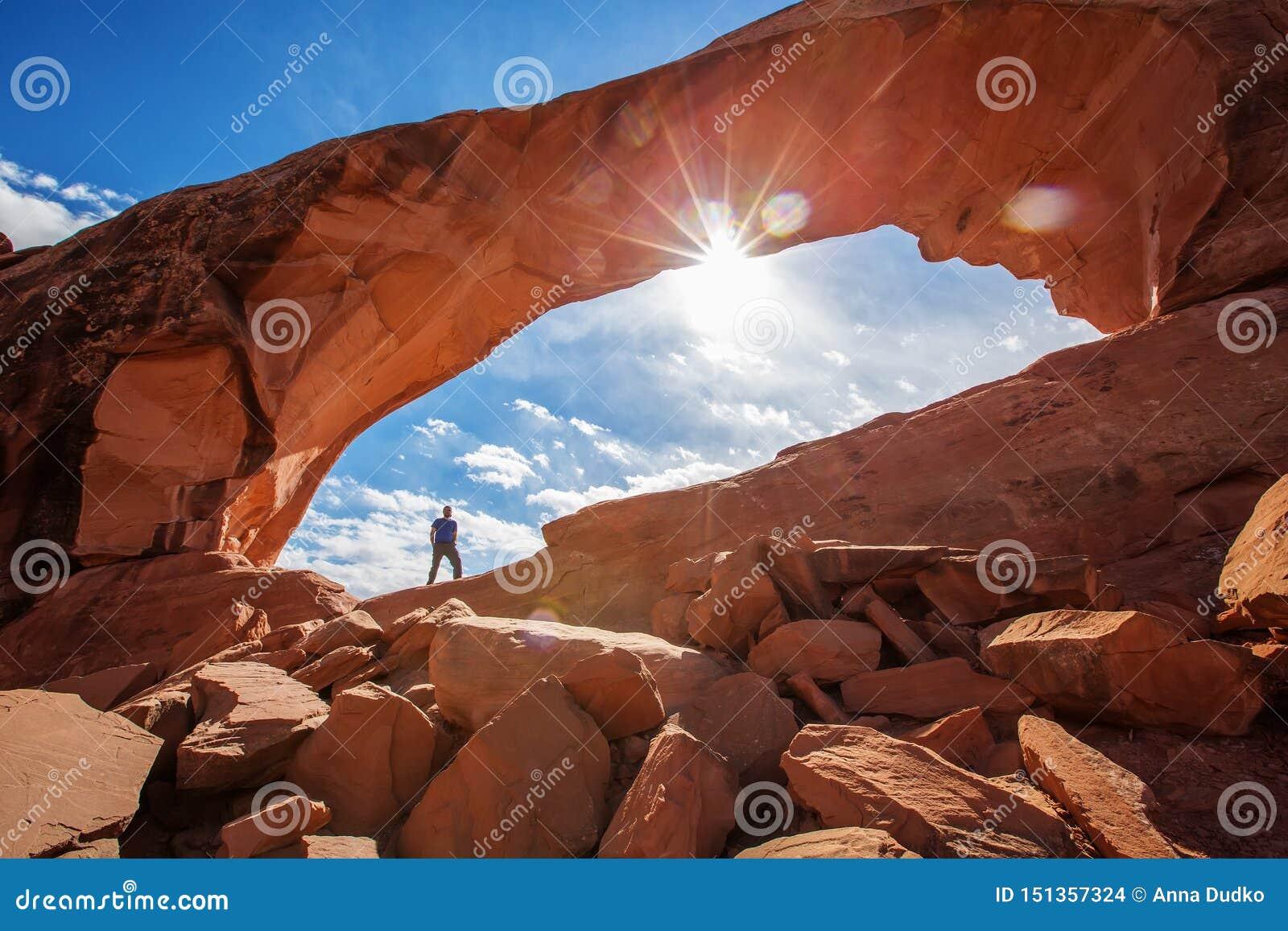 Wandelaarverblijf onder Horizonboog in Bogen Nationaal Park in Utah, de V.S.