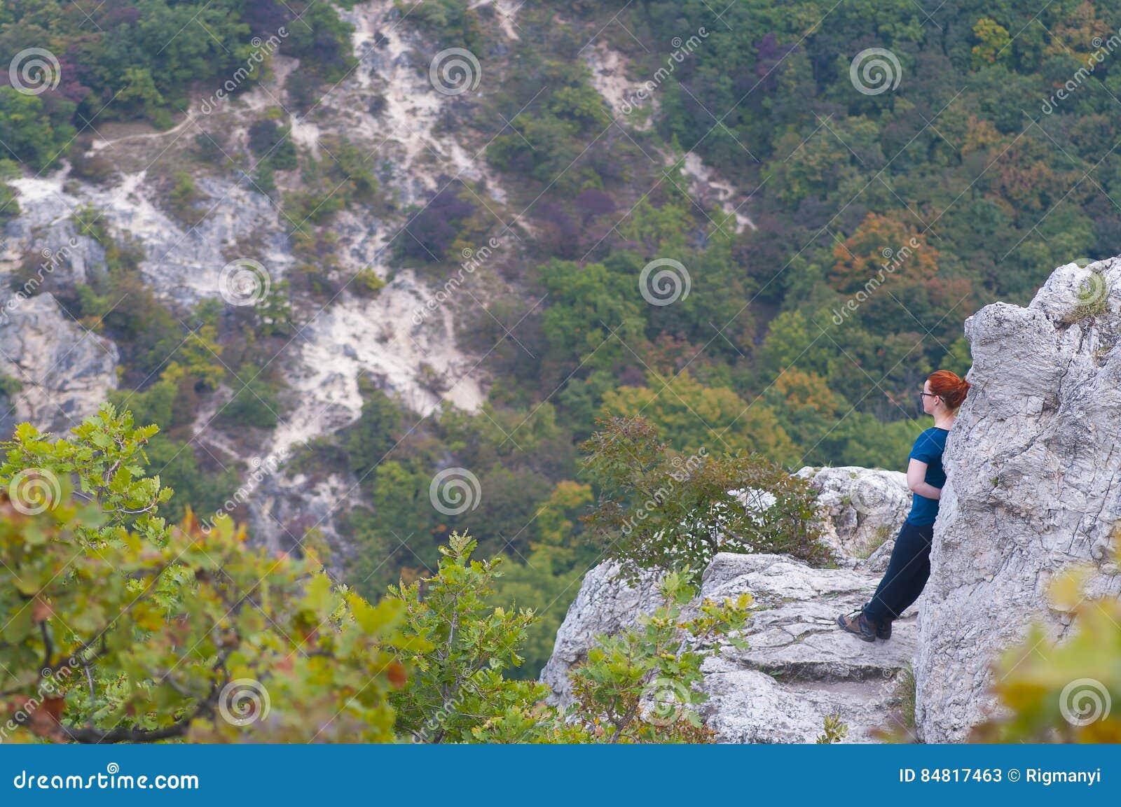 Wandelend meisje in de bergen