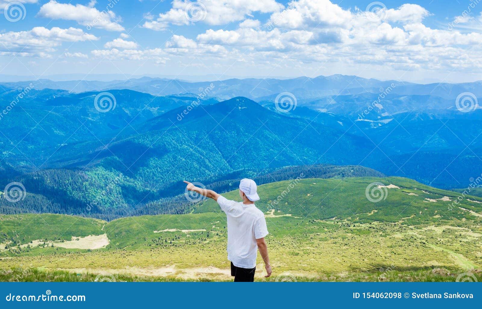 Wandelende mens die op iets met zijn hand richt Hipster het reizen De mens toont richting met zijn hand status