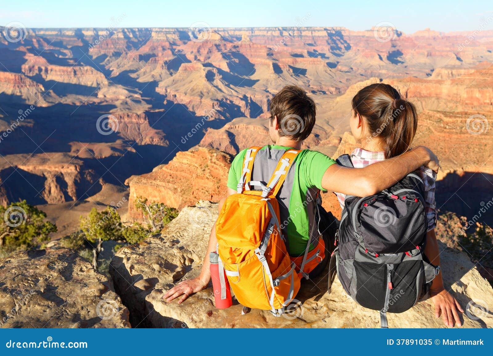 Wandelende wandelaars die in Grand Canyon van mening genieten