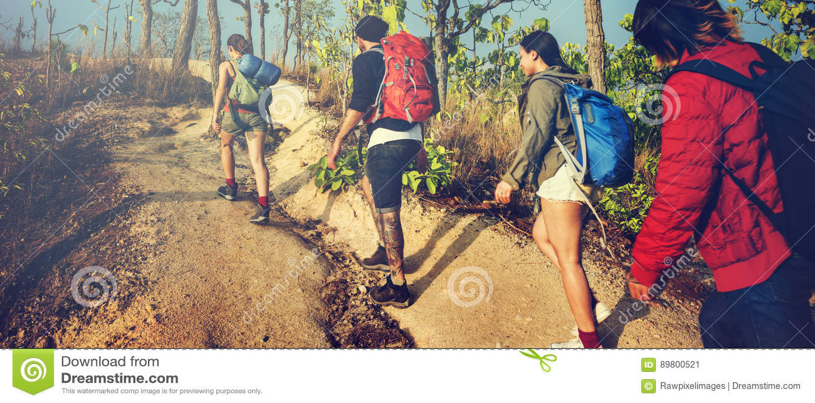 Wanderer, der Reise-Reise-Wanderungs-Konzept wandernd kampiert