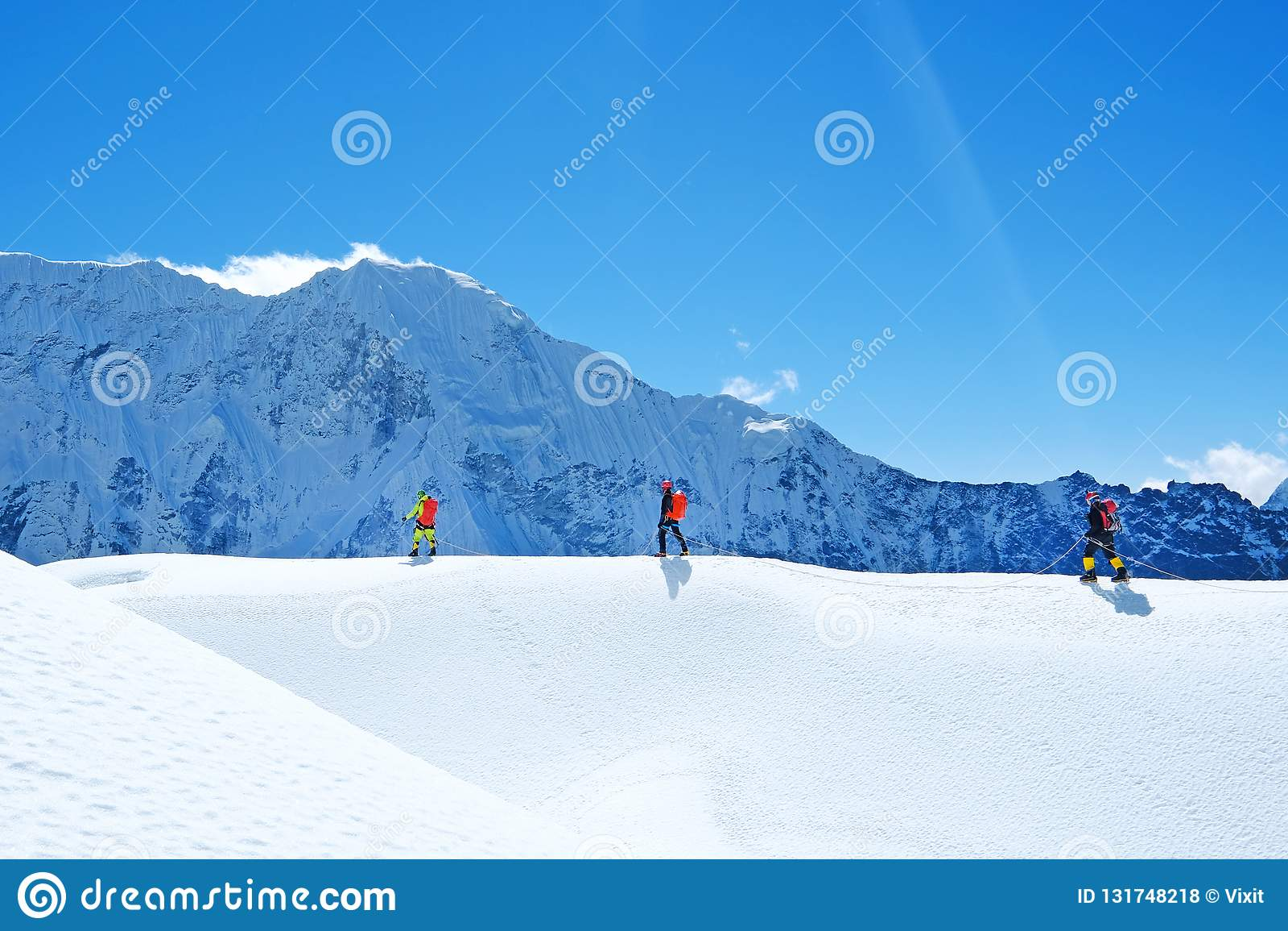 Wanderer mit Rucksäcken erreicht den Gipfel der Bergspitze Erfolgsfreiheit und Glückleistung in den Bergen Aktiver Sport