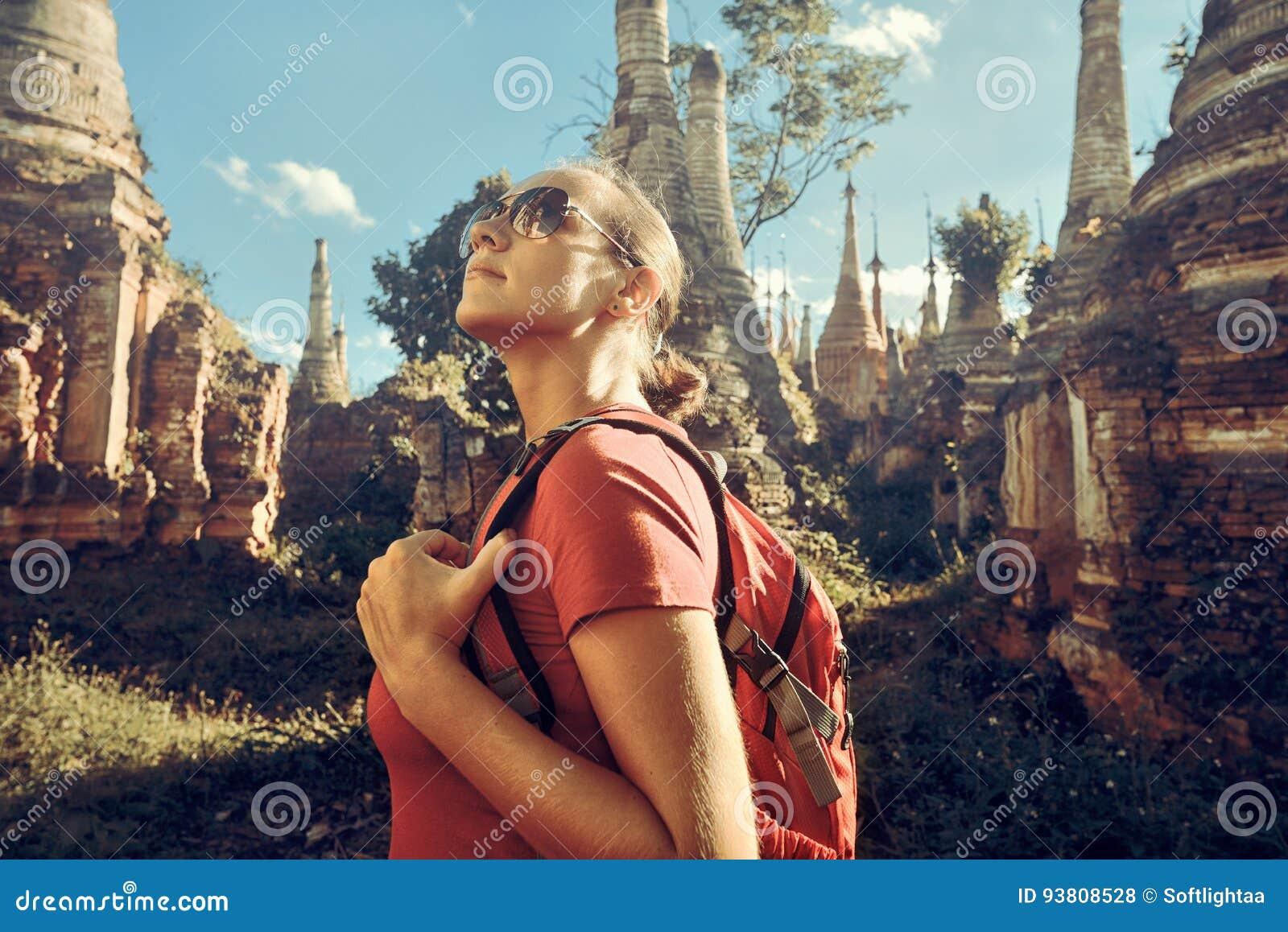Wanderer mit Rucksack und erforschen buddhistische stupas in Birma