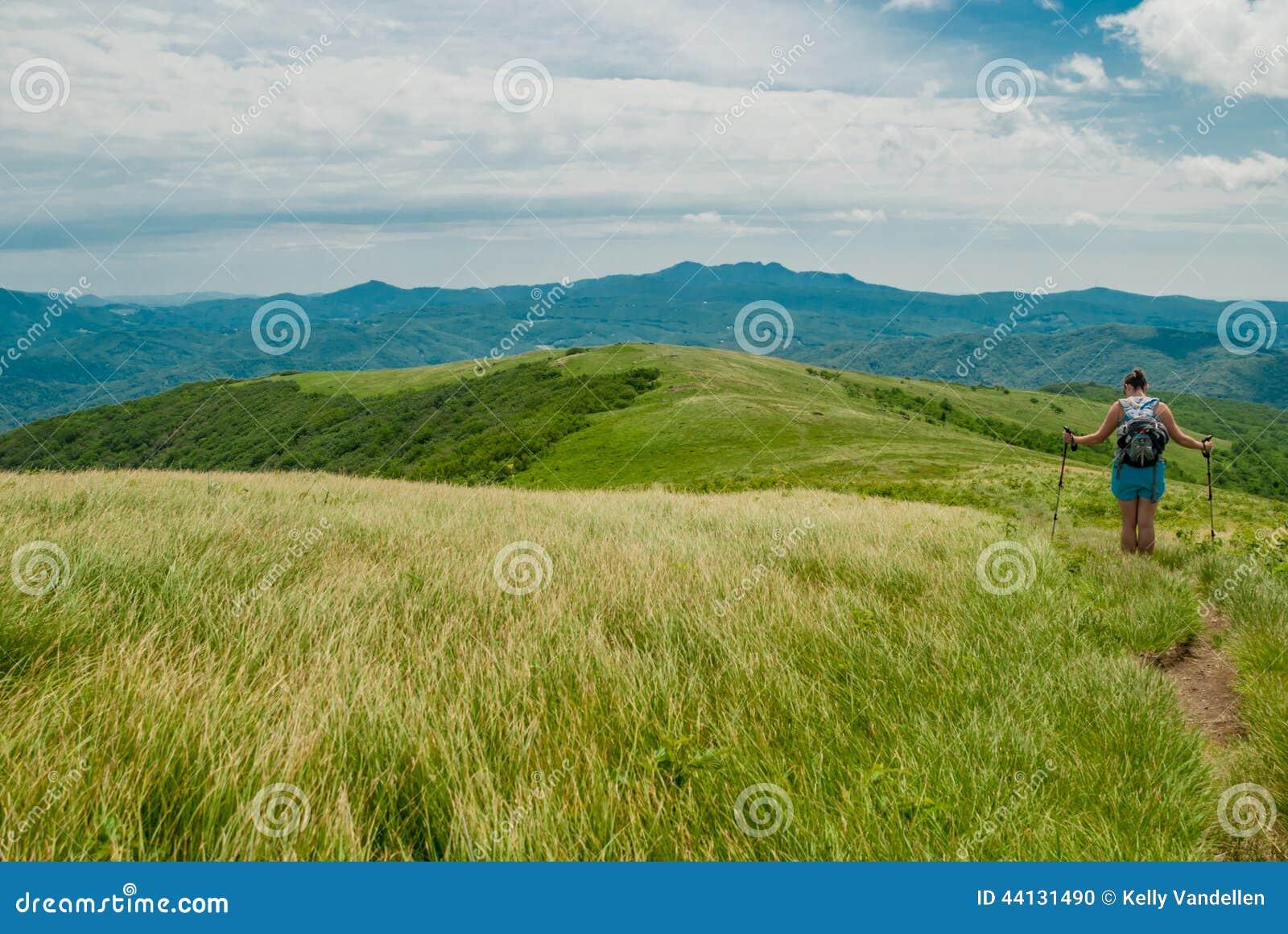 Wanderer stoppt für einen Bruch auf kahlem Berg