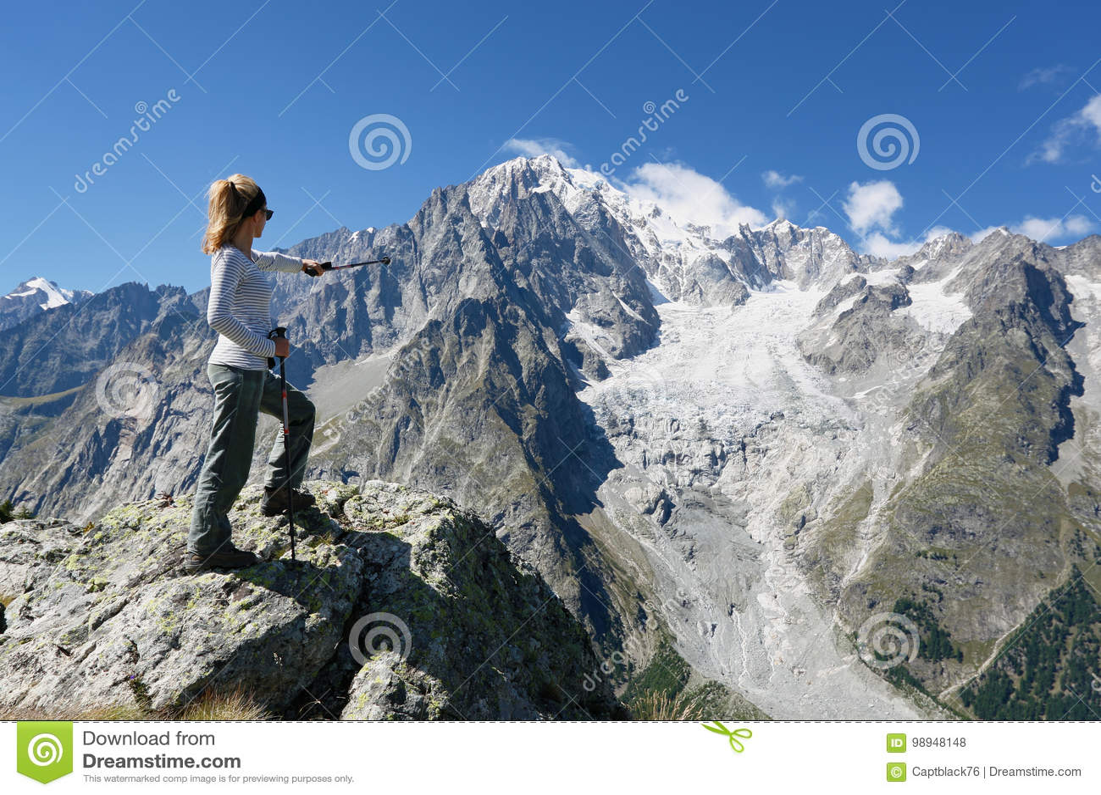 Wandererfrau vor Mont Blanc