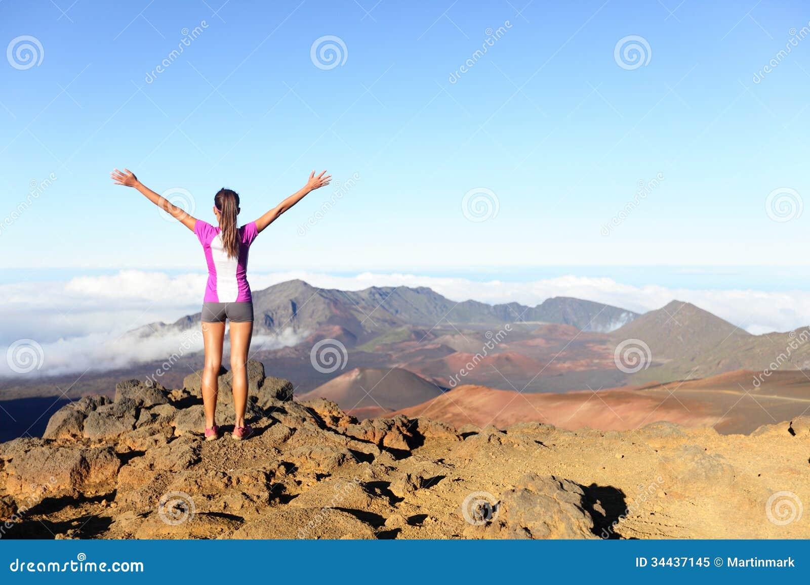 Wandern der Frau auf oberstem glücklichem und feierndem Erfolg