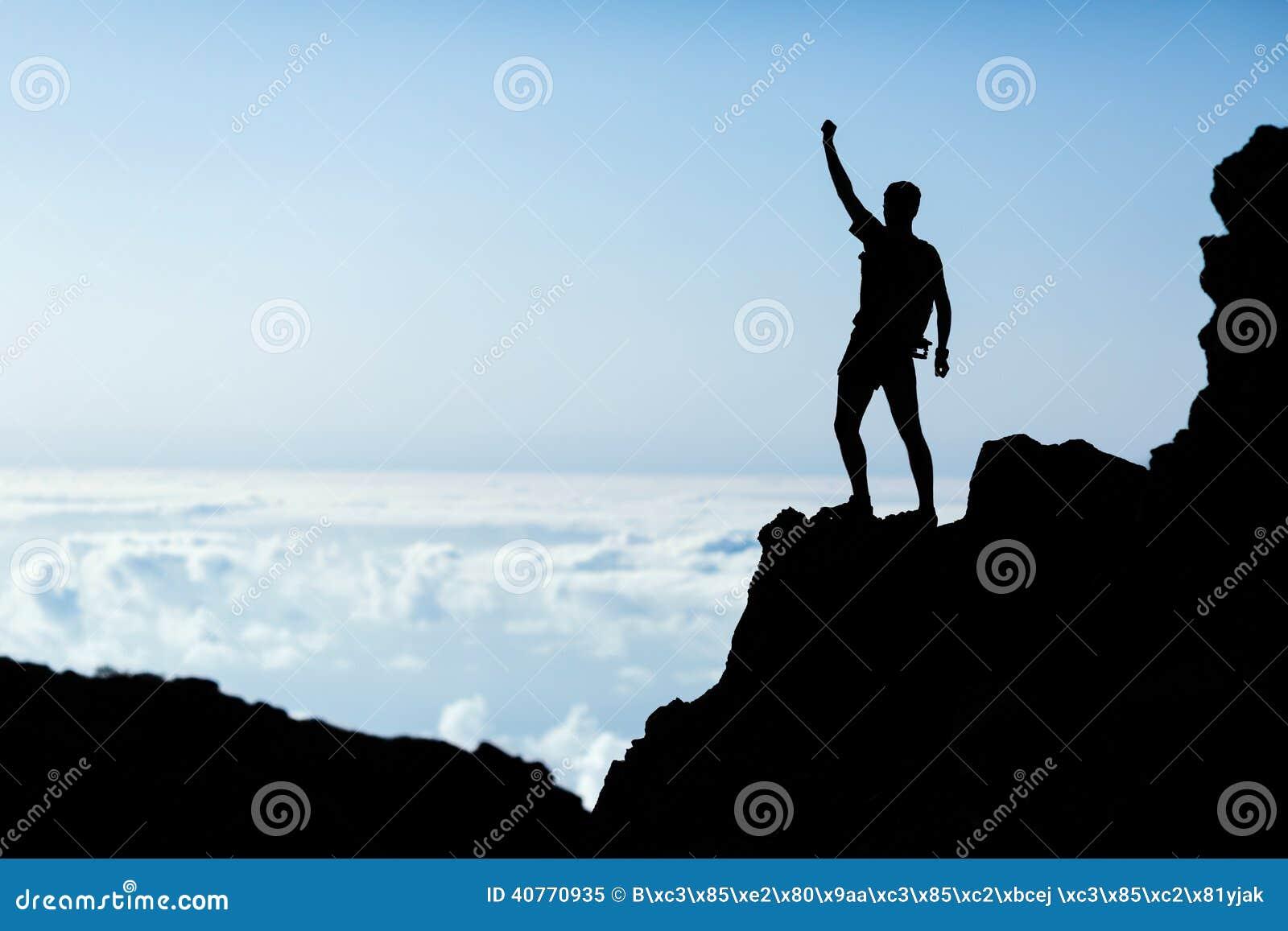 Wandern des Erfolgsschattenbildes, Mannhinterläufer in den Bergen