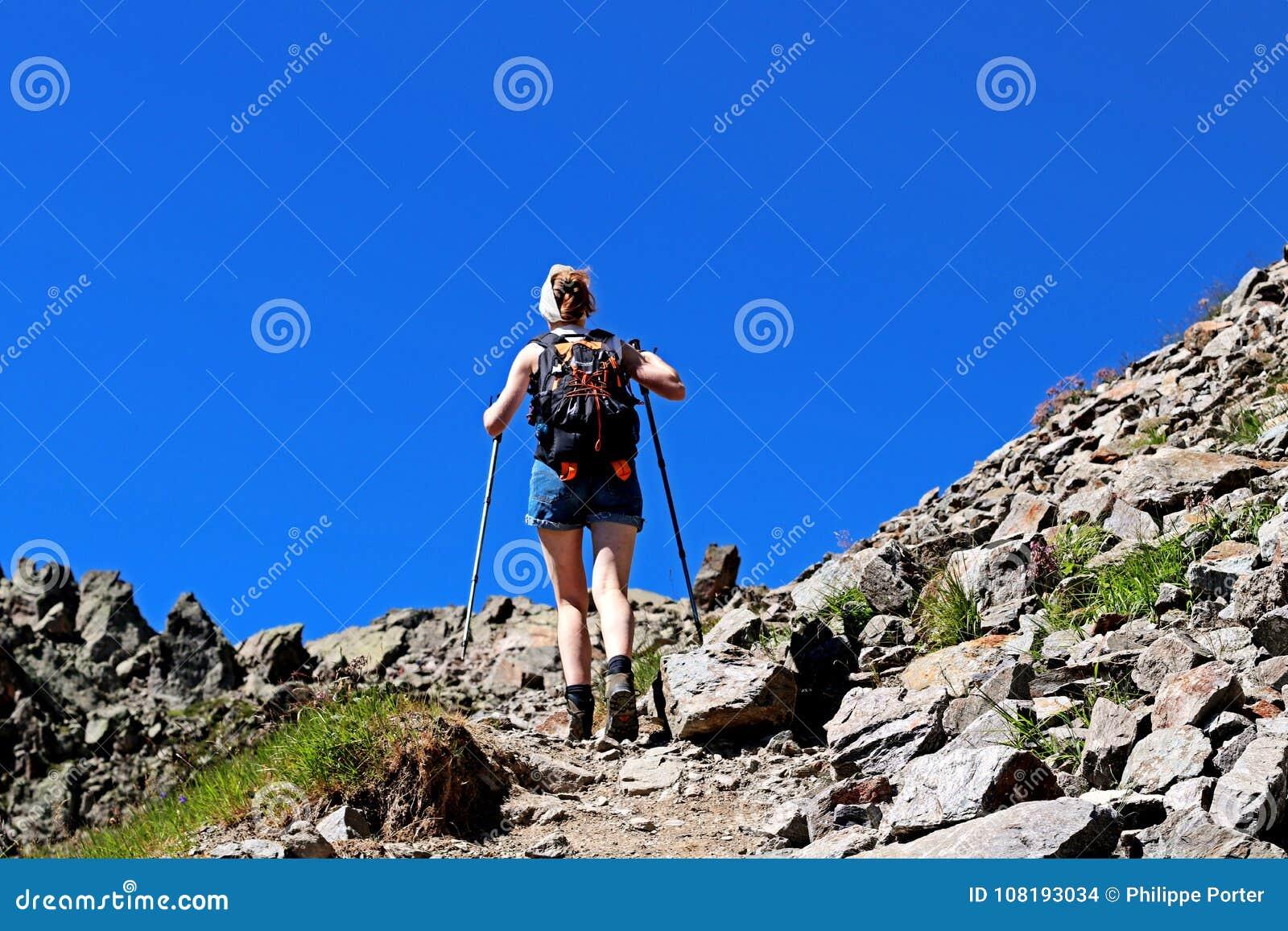Wandern des erreichenden Ziels der Frau auf einer Spur nahe Chamonix