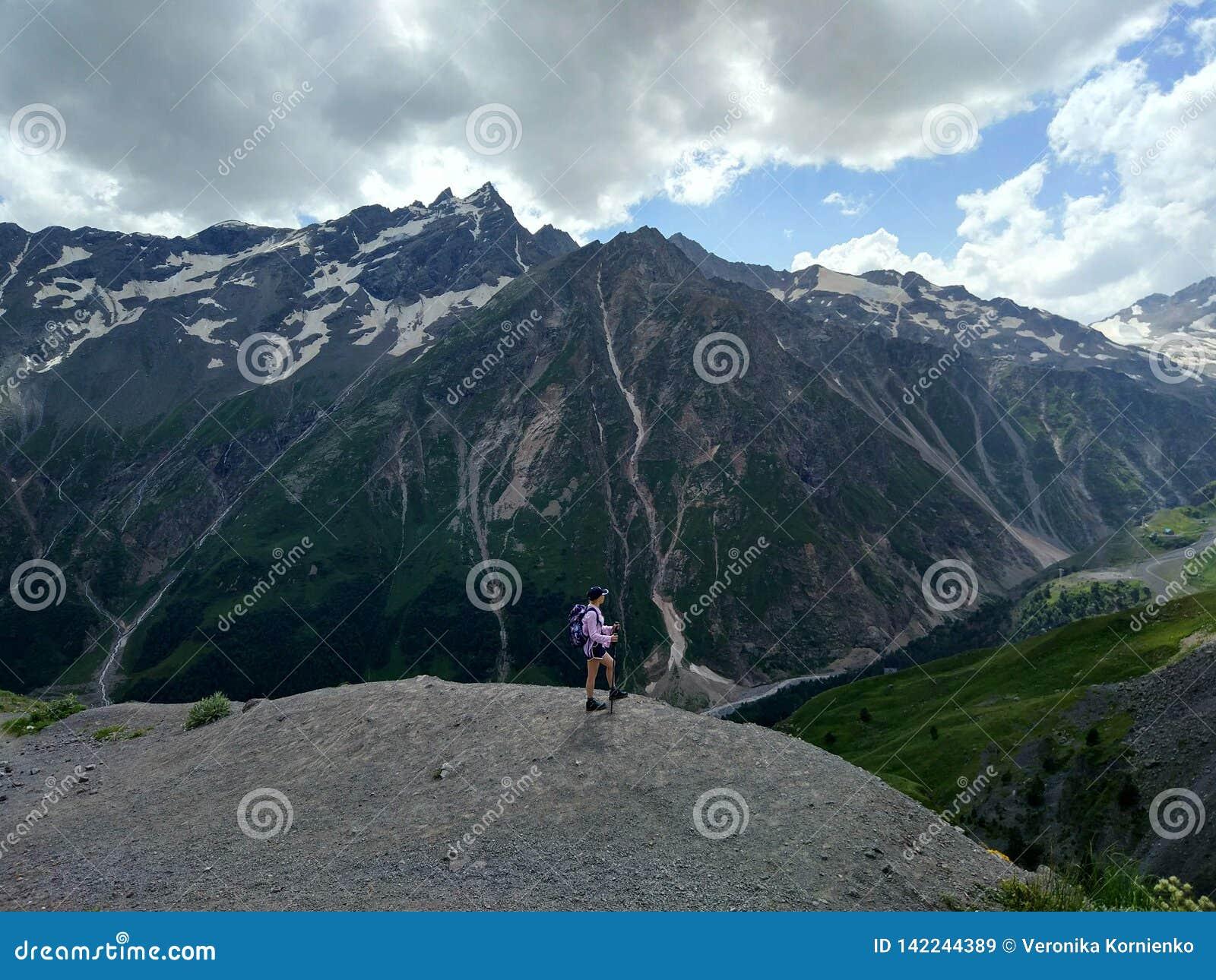 Wandern des Mädchens in den Bergen, der Richtung der Freiheit und der Abenteuer