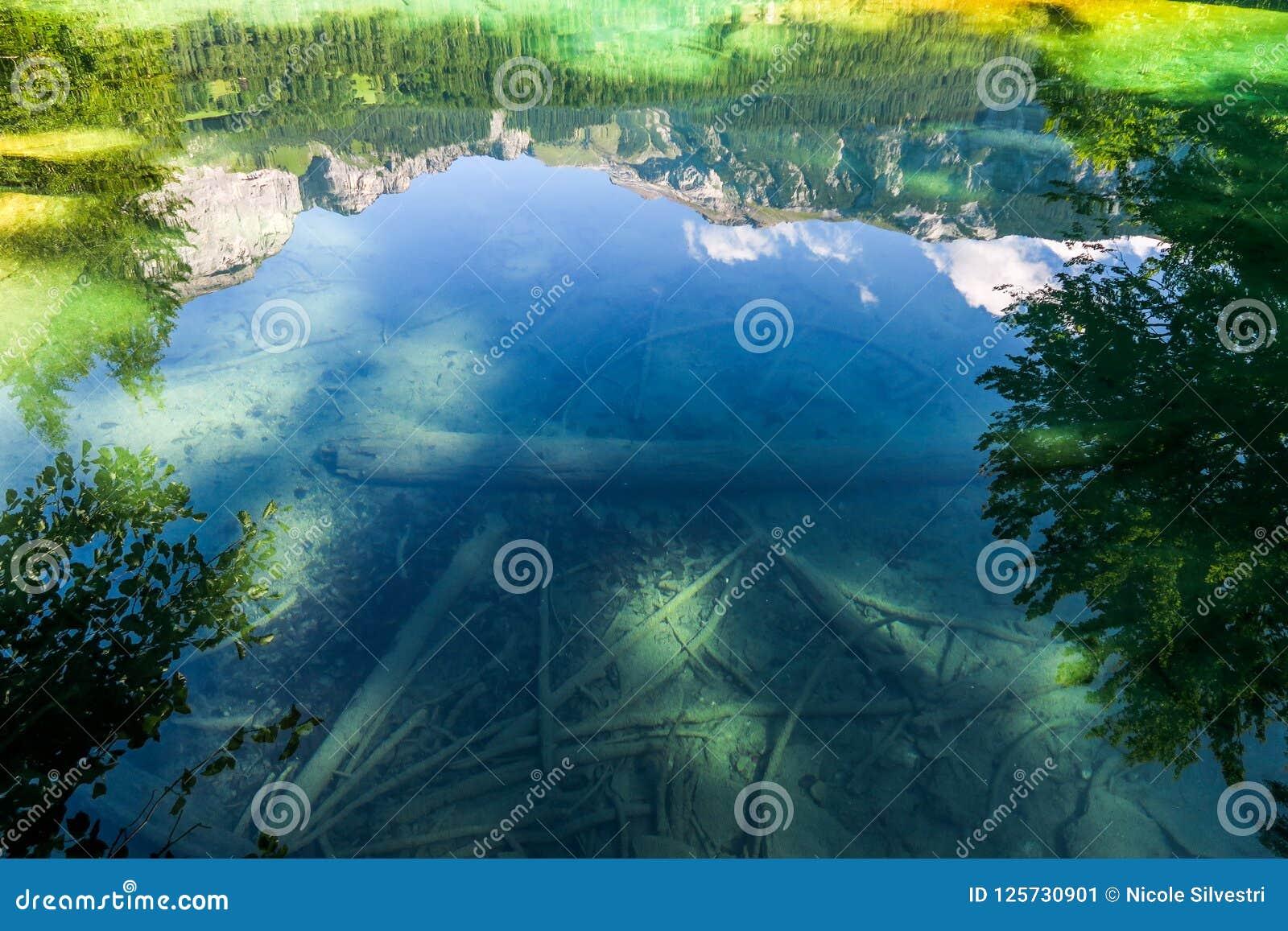 Wandern Sie zum Crestasee in Obersaxen, GraubÃ-¼ nden die Schweiz