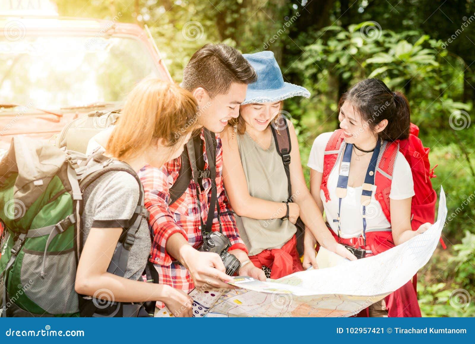 Wandern - Wanderer, die Karte betrachten Paare oder Freunde, die zusammen draußen lächeln glücklich während der kampierenden Reis