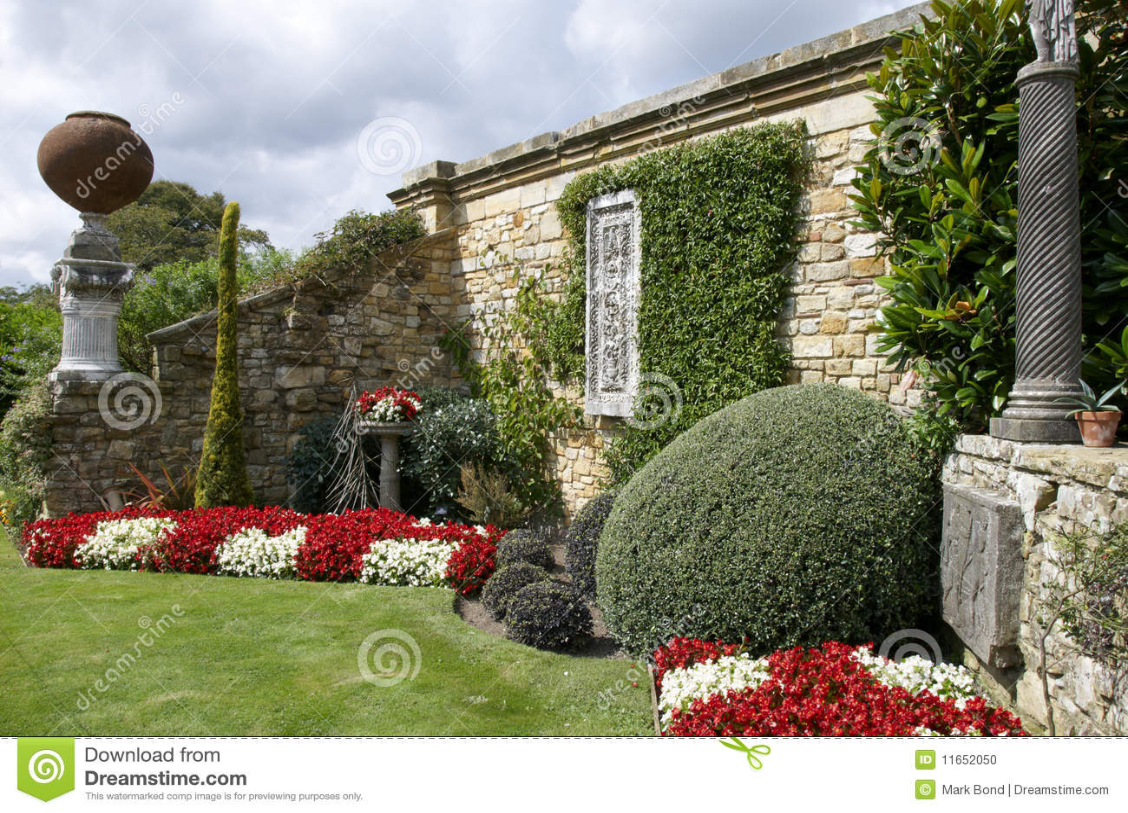 wandgarten stockfoto bild von strauch ziegelstein rand 11652050. Black Bedroom Furniture Sets. Home Design Ideas