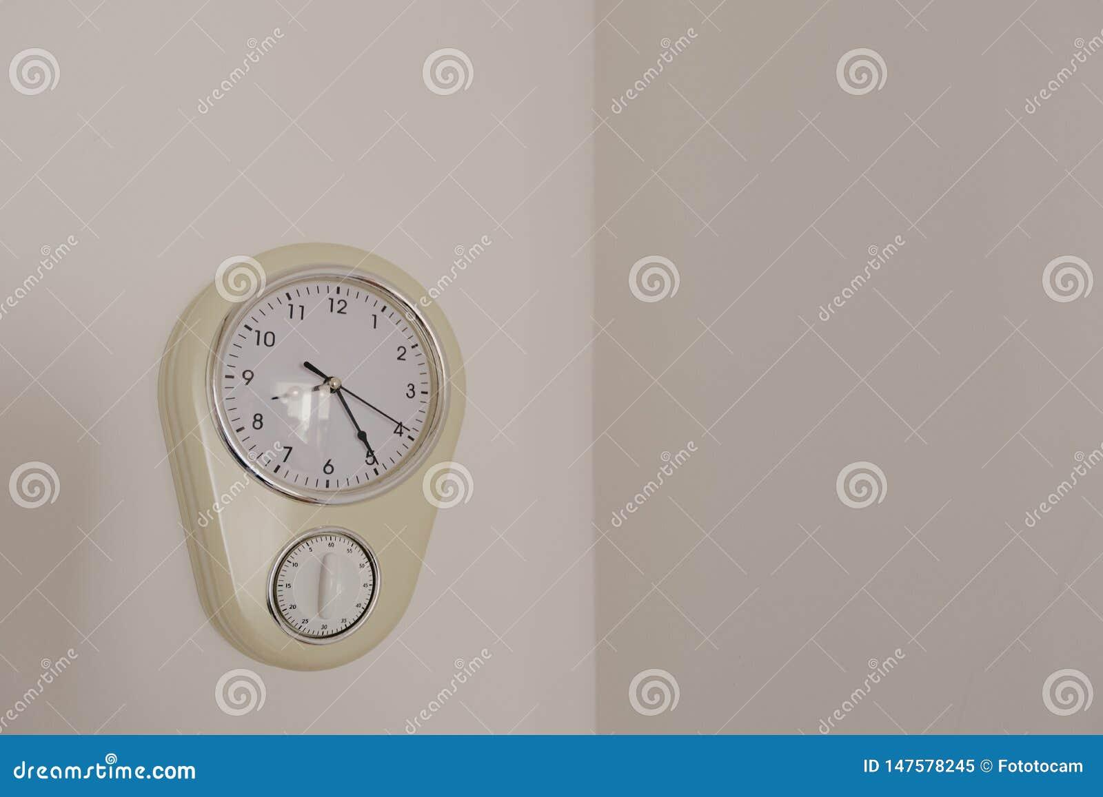Wanduhr mit dem manuellen Timer, der an der Wand hängt