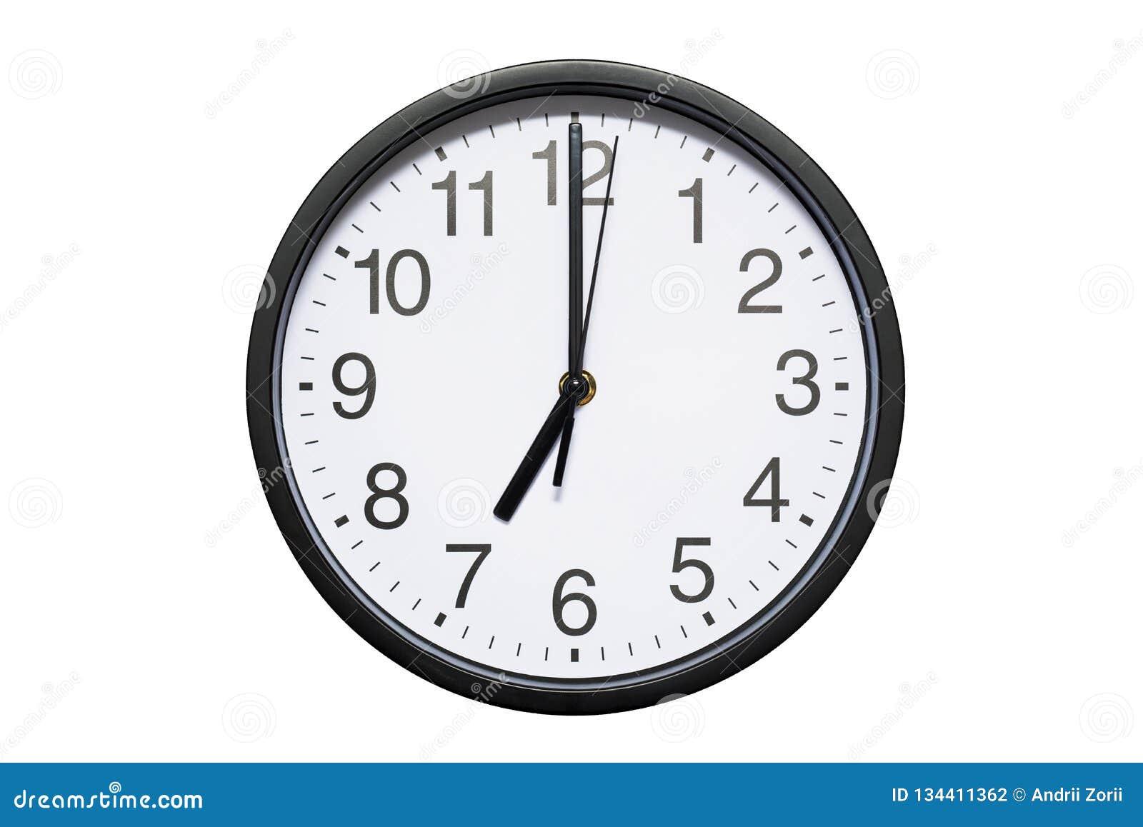 Wanduhr zeigt Zeit 7 Uhr auf weißem lokalisiertem Hintergrund Runde Wanduhr - Vorderansicht Neunzehn Uhr